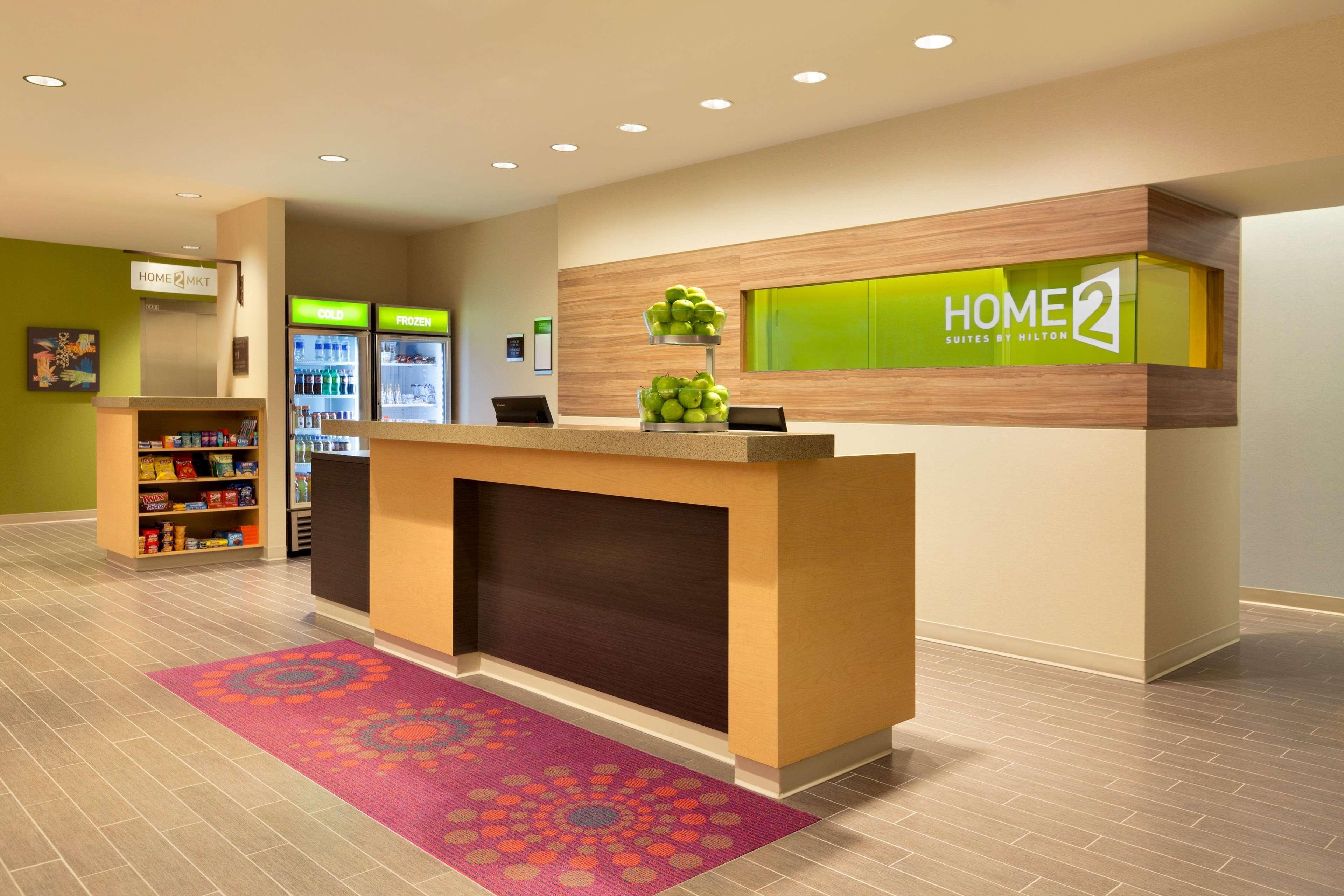 Home2 Suites by Hilton West Edmonton, Alberta, Canada à Edmonton: Front Desk