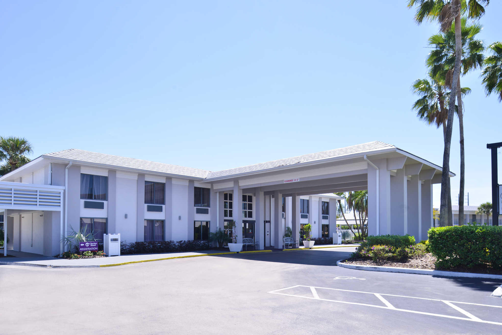 Clarion Inn & Suites Orlando near Theme Parks image 2