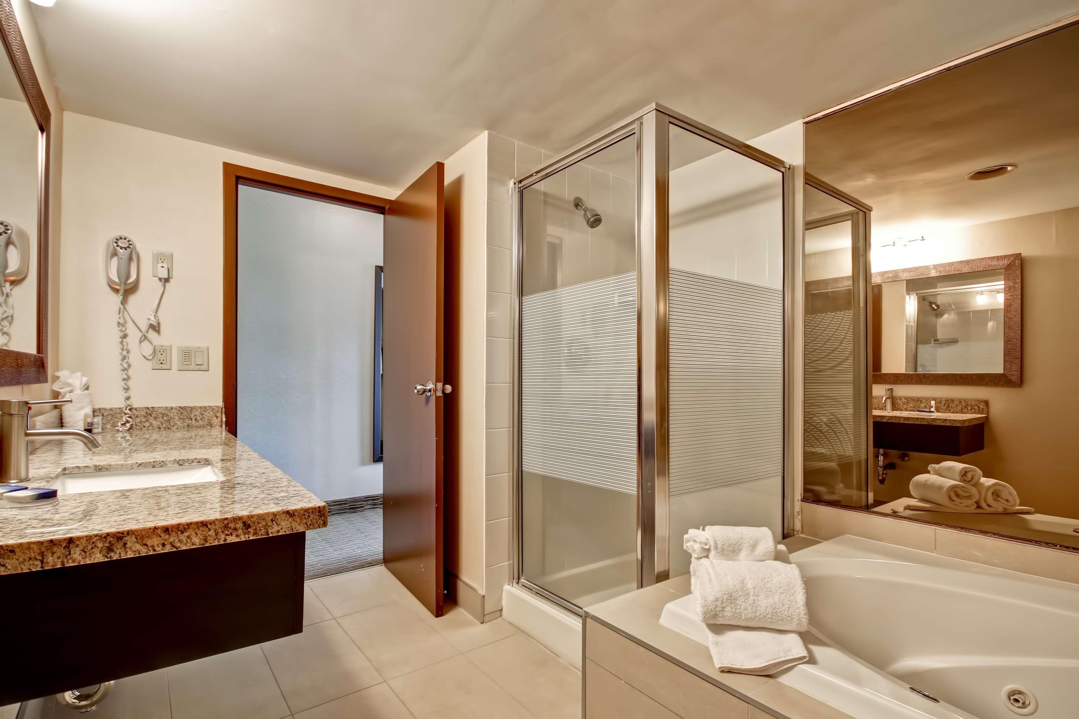 Best Western Little River Inn à Simcoe: King Suite Jet Tub Bathroom