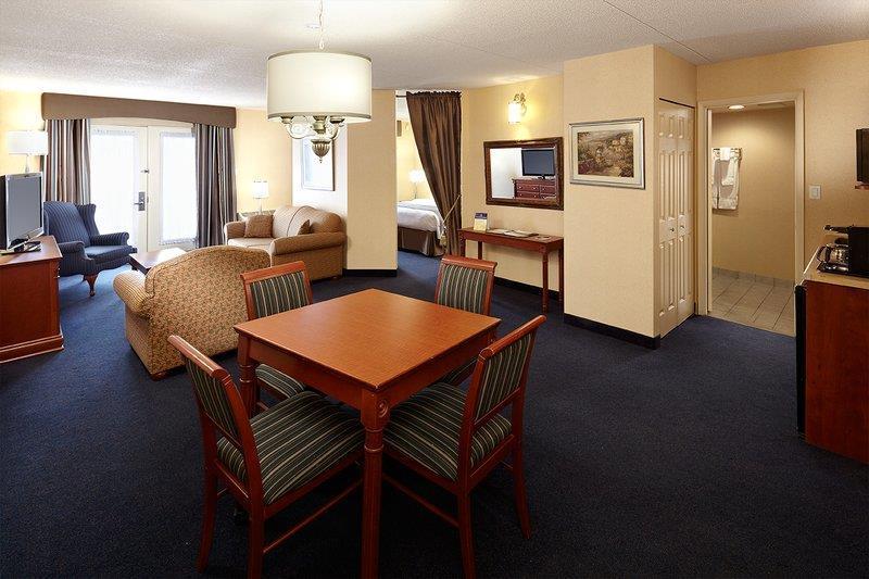 Best Western Hotel Brossard à Brossard: Suite Living Area