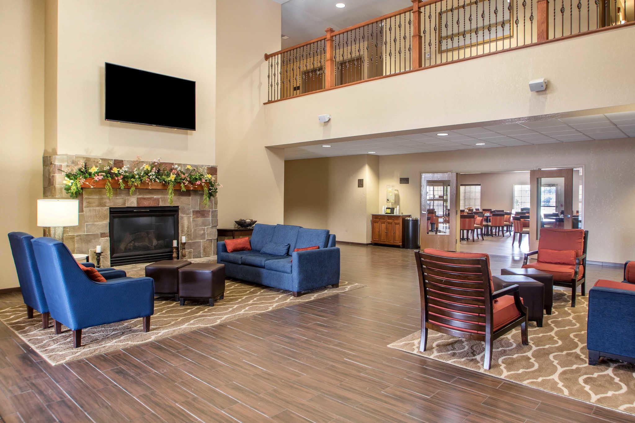 Comfort Suites Johnson Creek Conference Center image 3