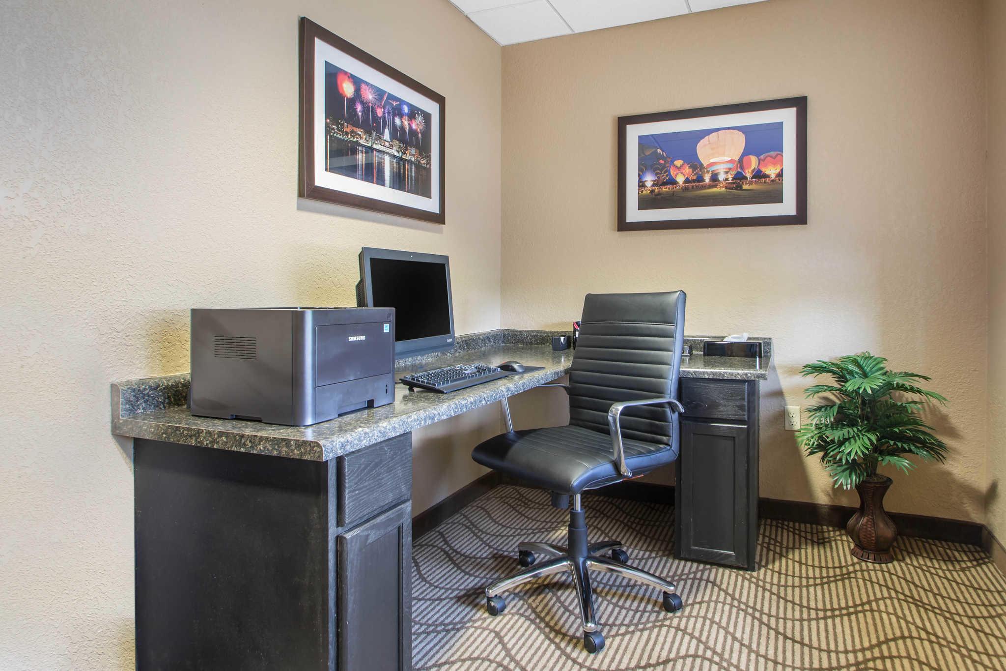 Comfort Suites Johnson Creek Conference Center image 31
