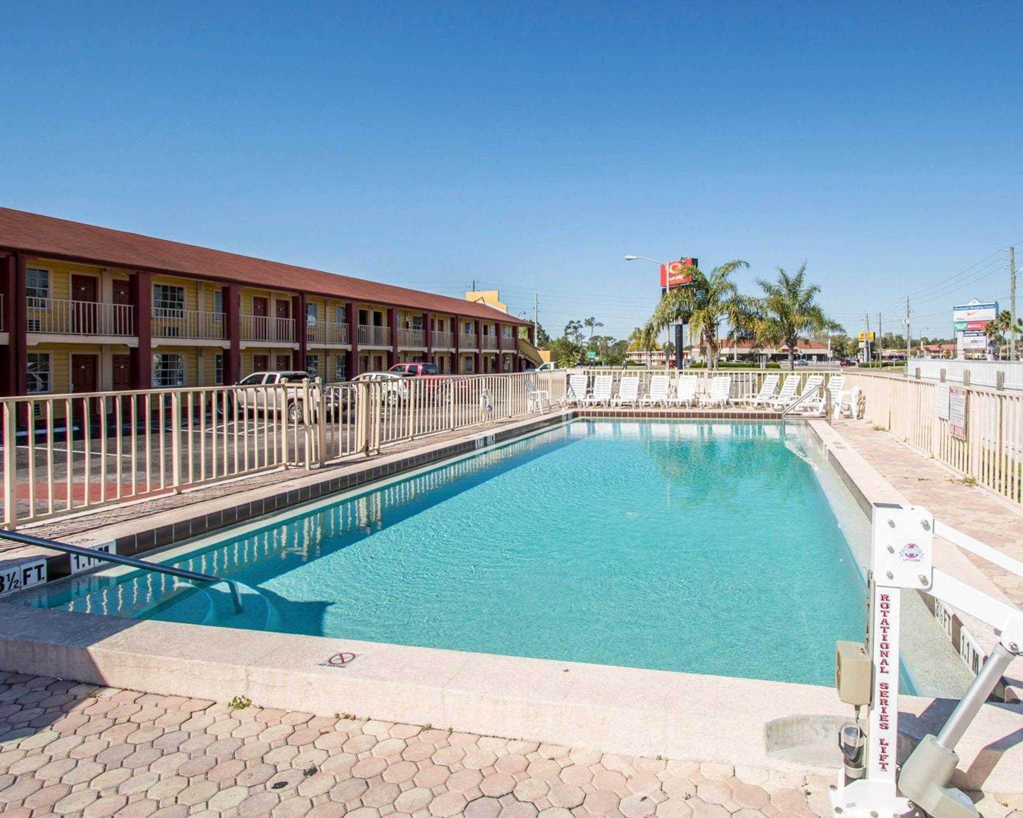 Econo Lodge  Inn & Suites Maingate Central image 11