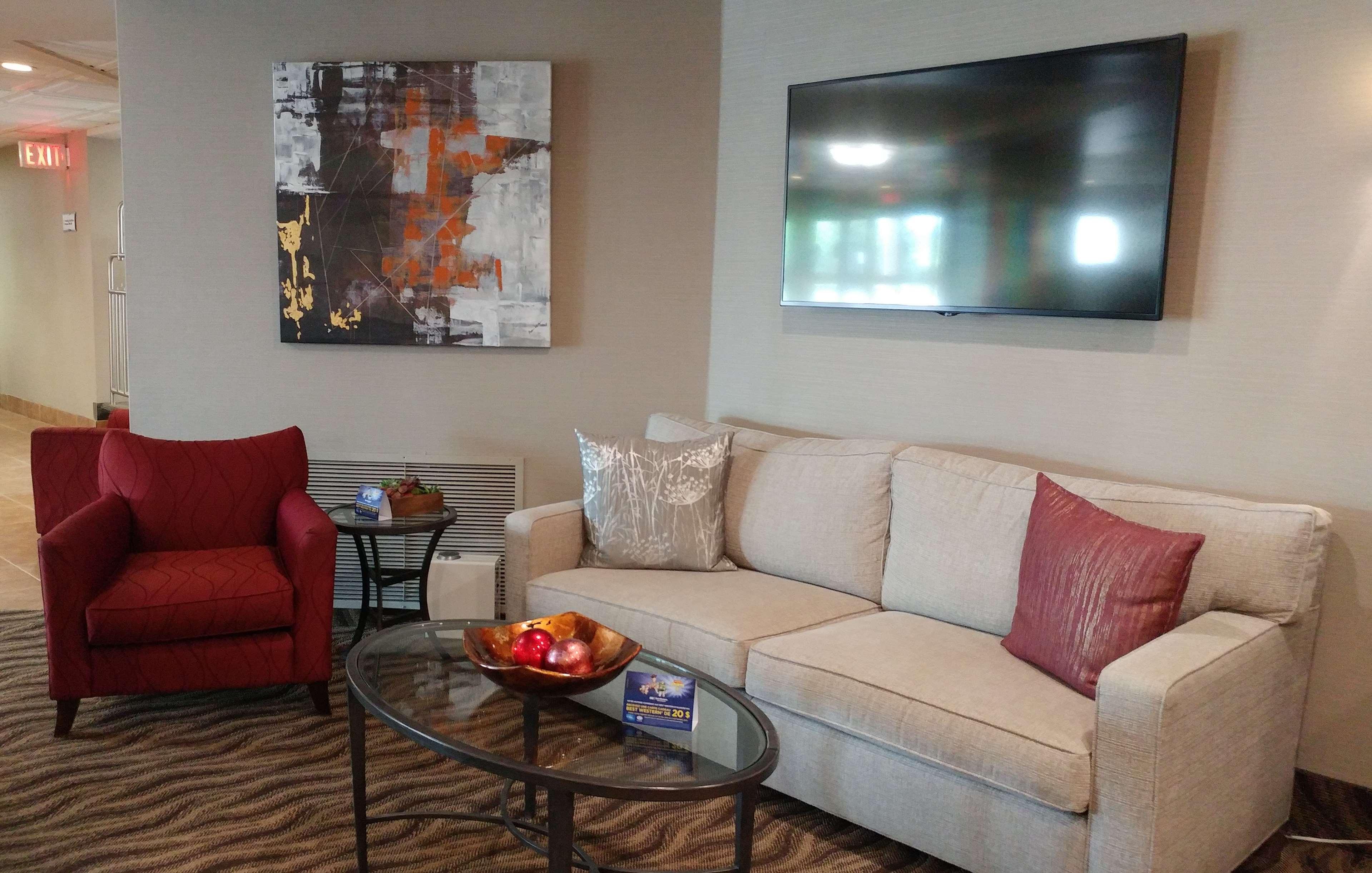 Best Western Plus Rose City Suites in Welland: Lobby Sitting Area