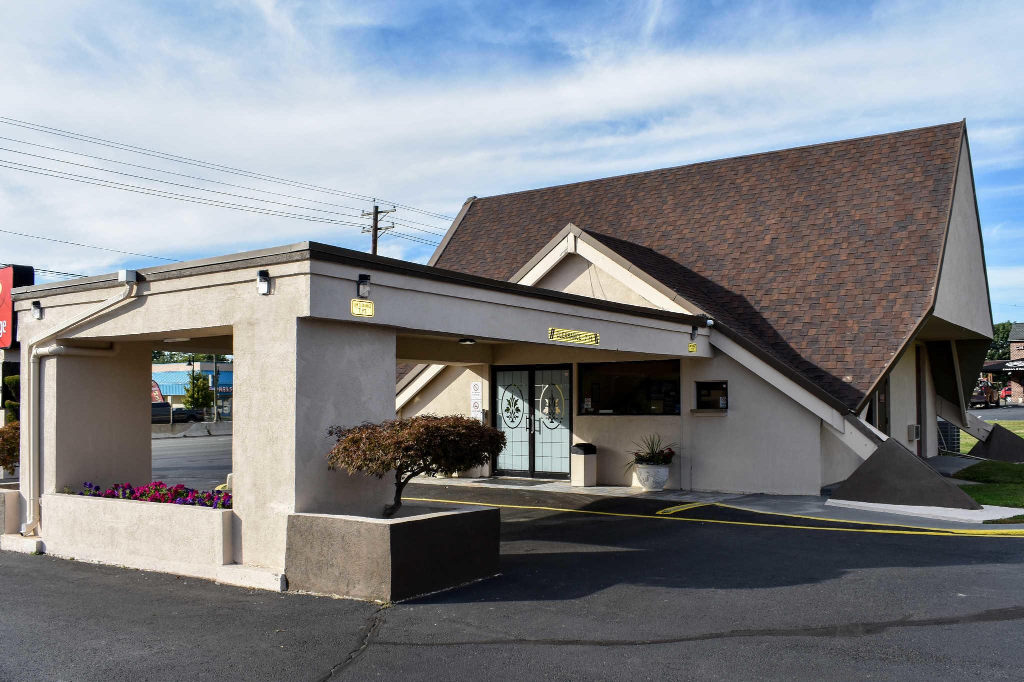 Econo Lodge Inn & Suites - Closed image 4