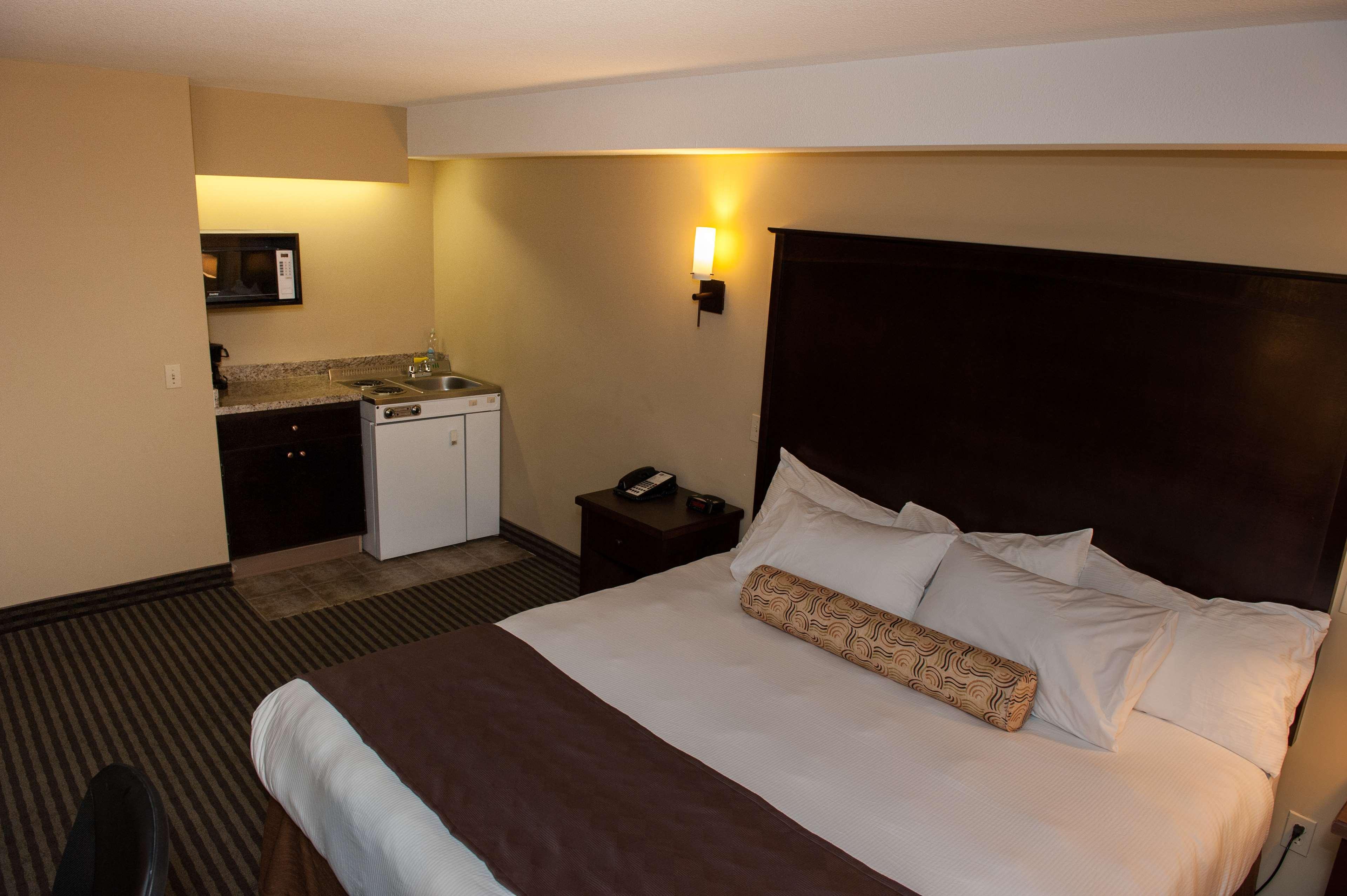 Best Western Maple Ridge Hotel in Maple Ridge: King Guest Room with Kitchen