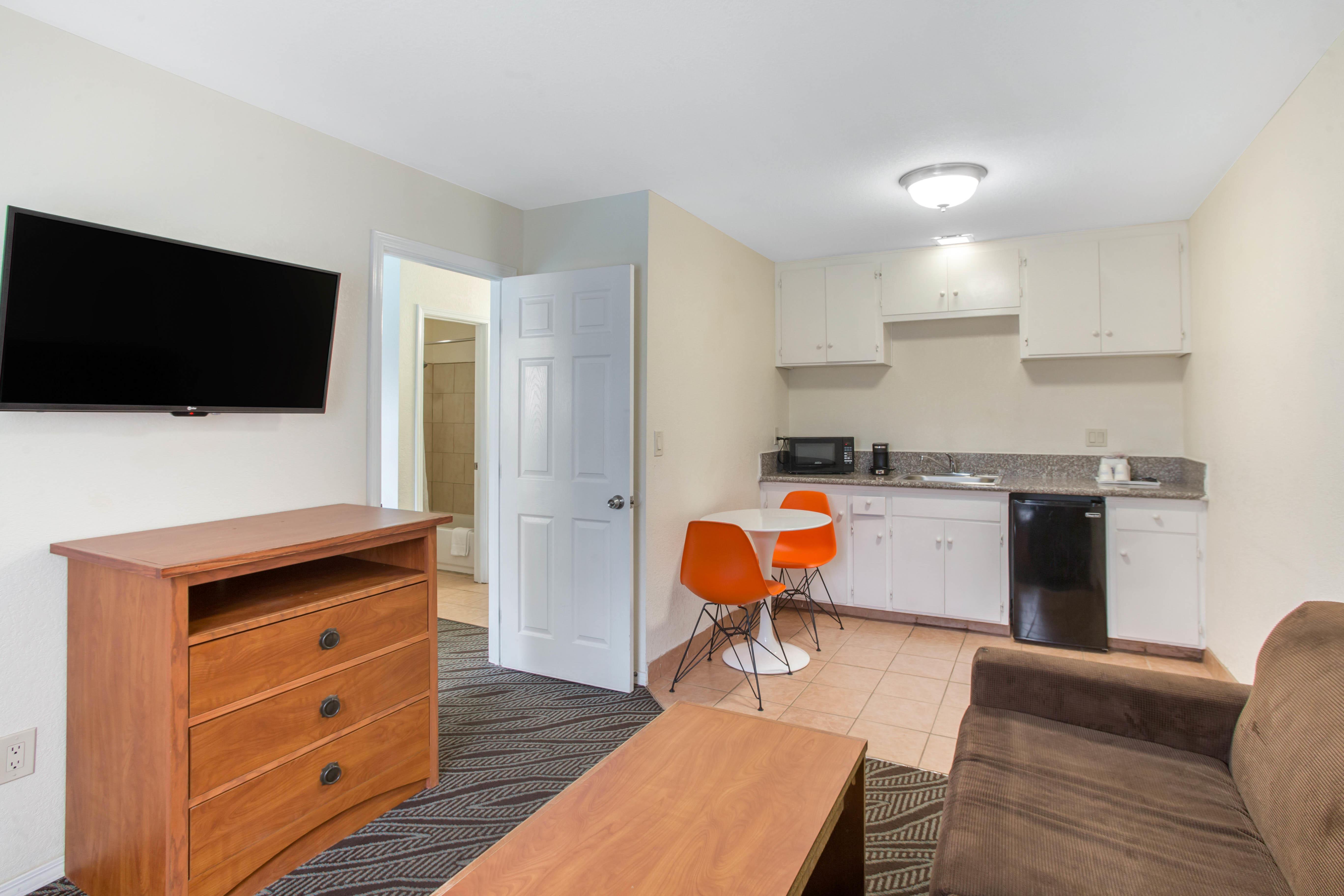 Howard Johnson by Wyndham Chula Vista San Diego Suite Hotel image 17