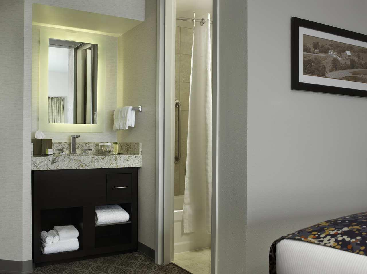 DoubleTree by Hilton Hotel Cedar Rapids Convention Complex image 13