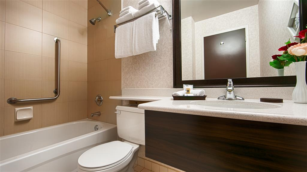 Best Western Plus Carlton Plaza Hotel in Victoria: Guest Bathroom