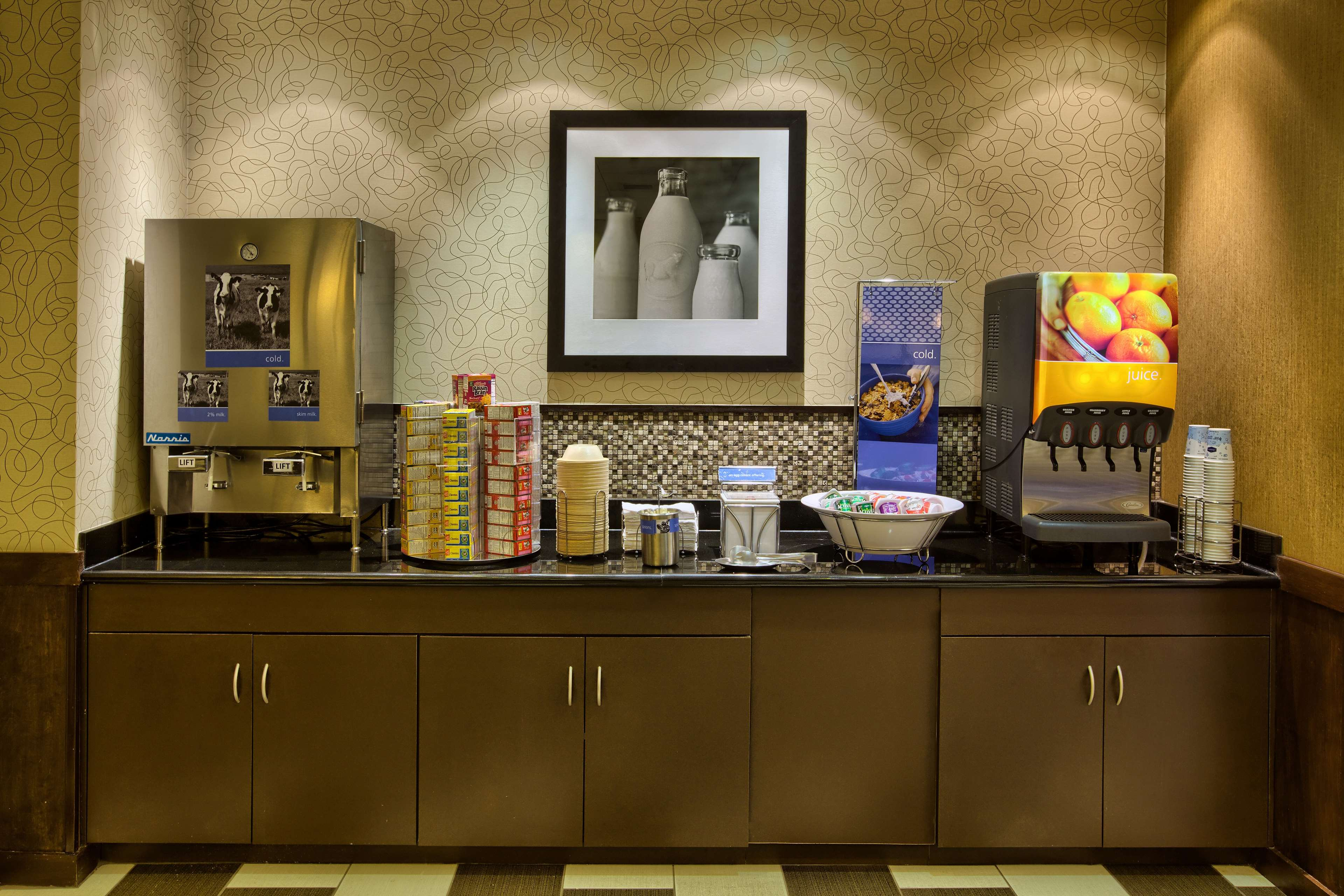 Hampton Inn & Suites Burlington image 10
