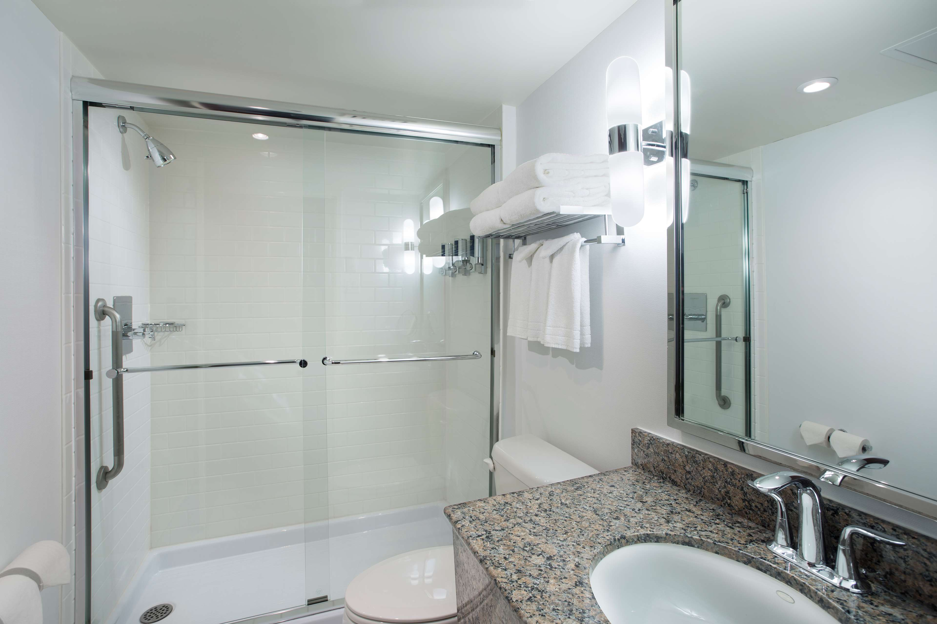 Four Points by Sheraton Hotel & Conference Centre Gatineau-Ottawa à Gatineau: Guest bathroom with shower