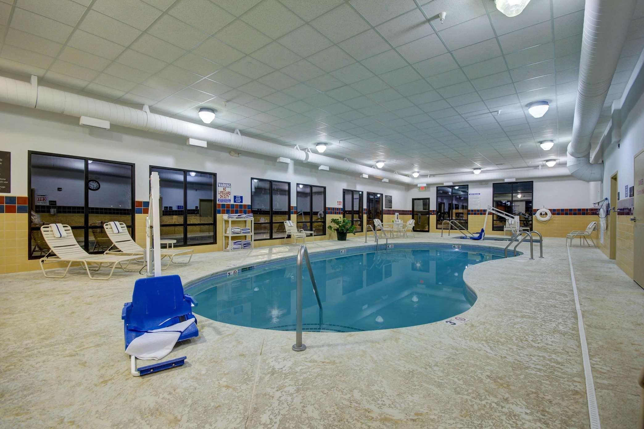 Hampton Inn & Suites Alexandria image 42