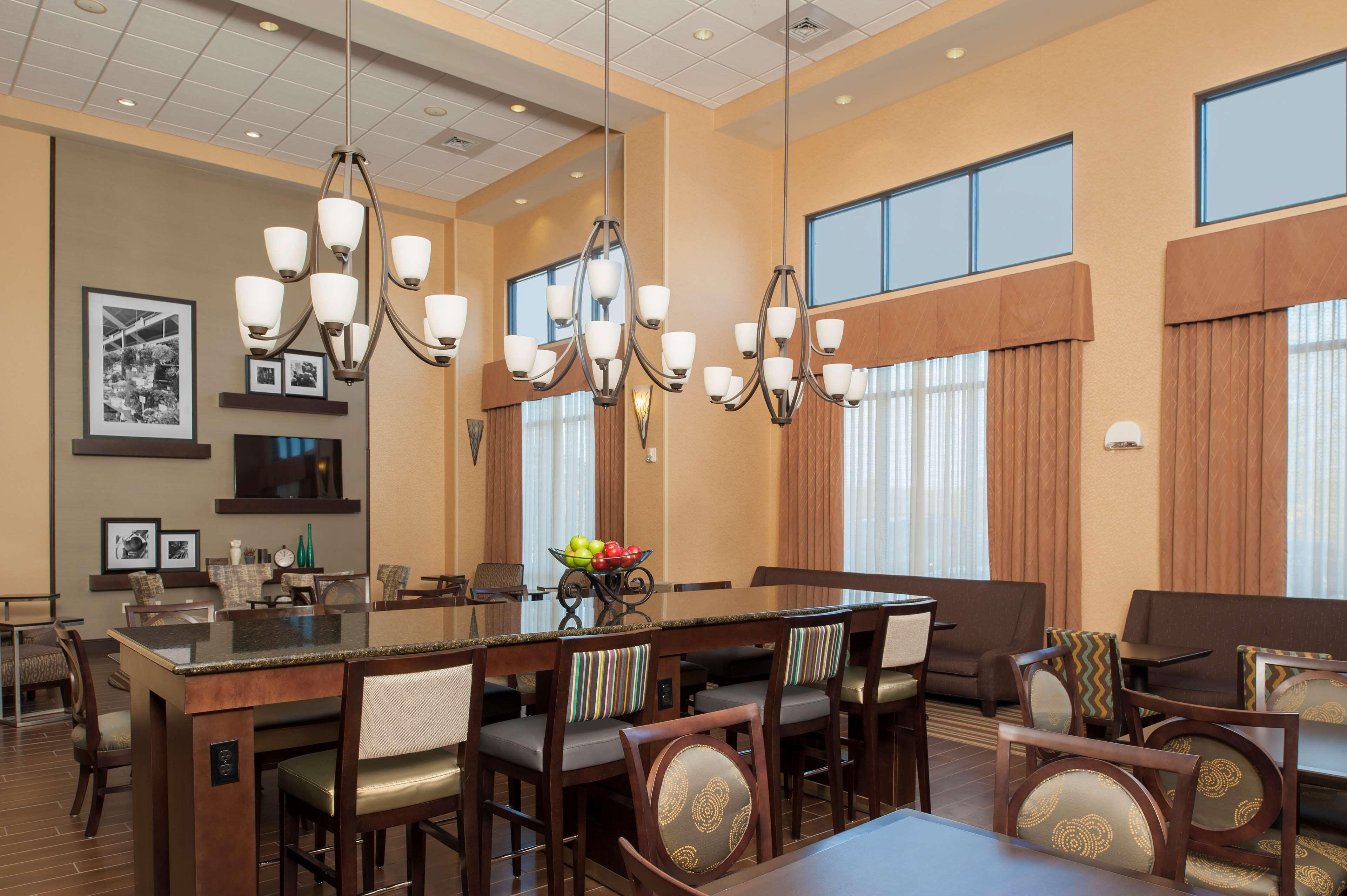 Hampton Inn & Suites Grand Rapids-Airport 28th St image 1