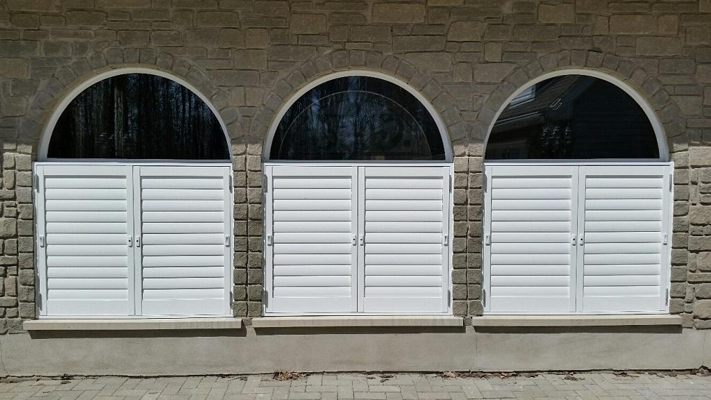 Budget Blinds à Waterloo: Sometimes the best window covering solution is actually outside the window! These exterior aluminum shutters are stunning. You can use them for privacy dividers or even security for your outdoor living space.