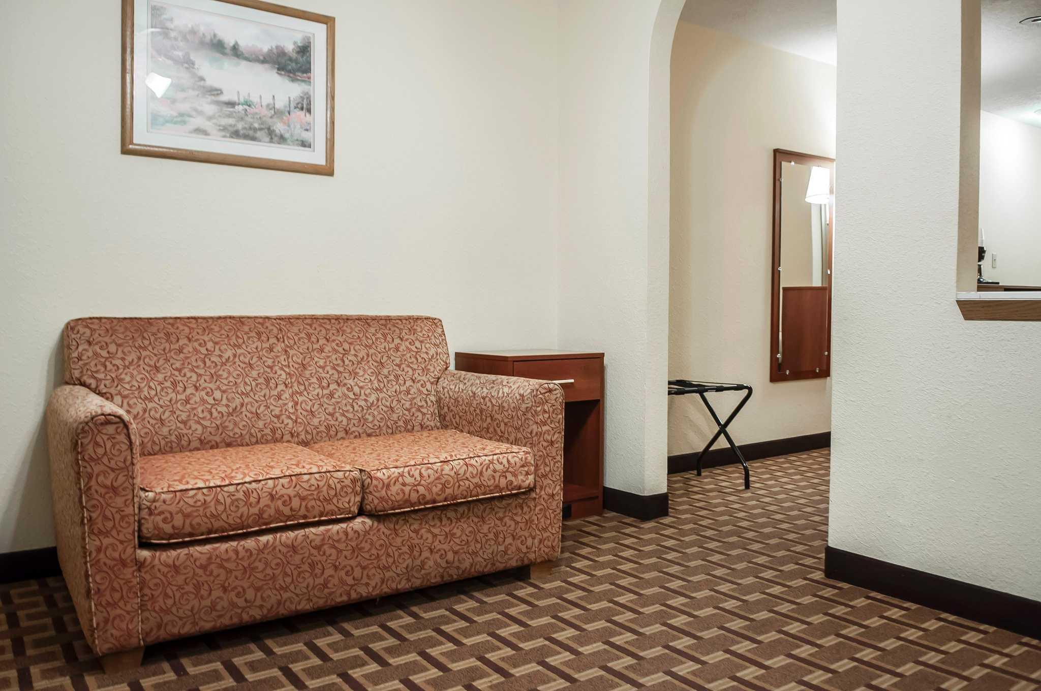 Econo Lodge Midtown image 11