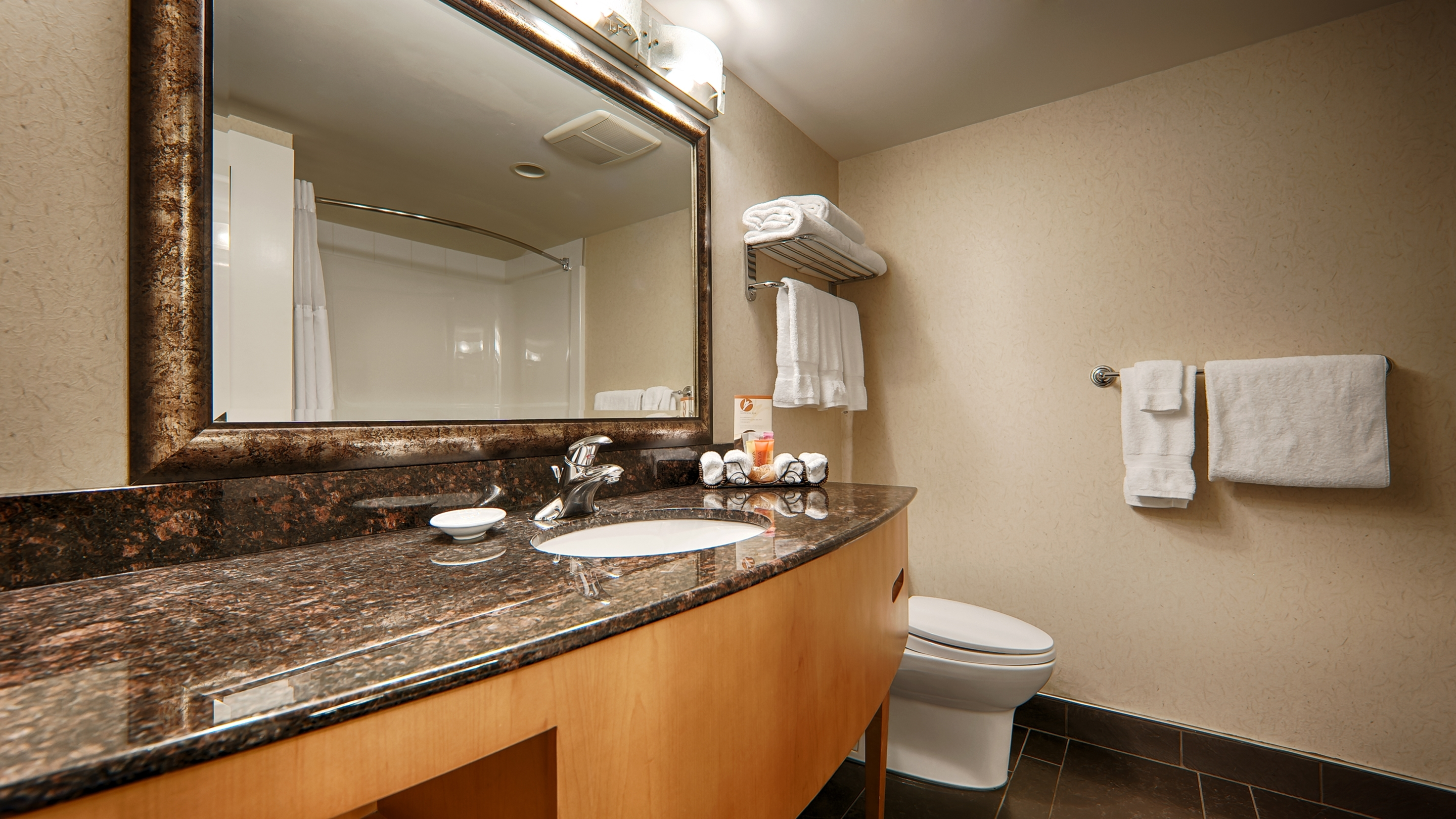 Best Western Plus Kelowna Hotel & Suites in Kelowna: Guest Bathroom
