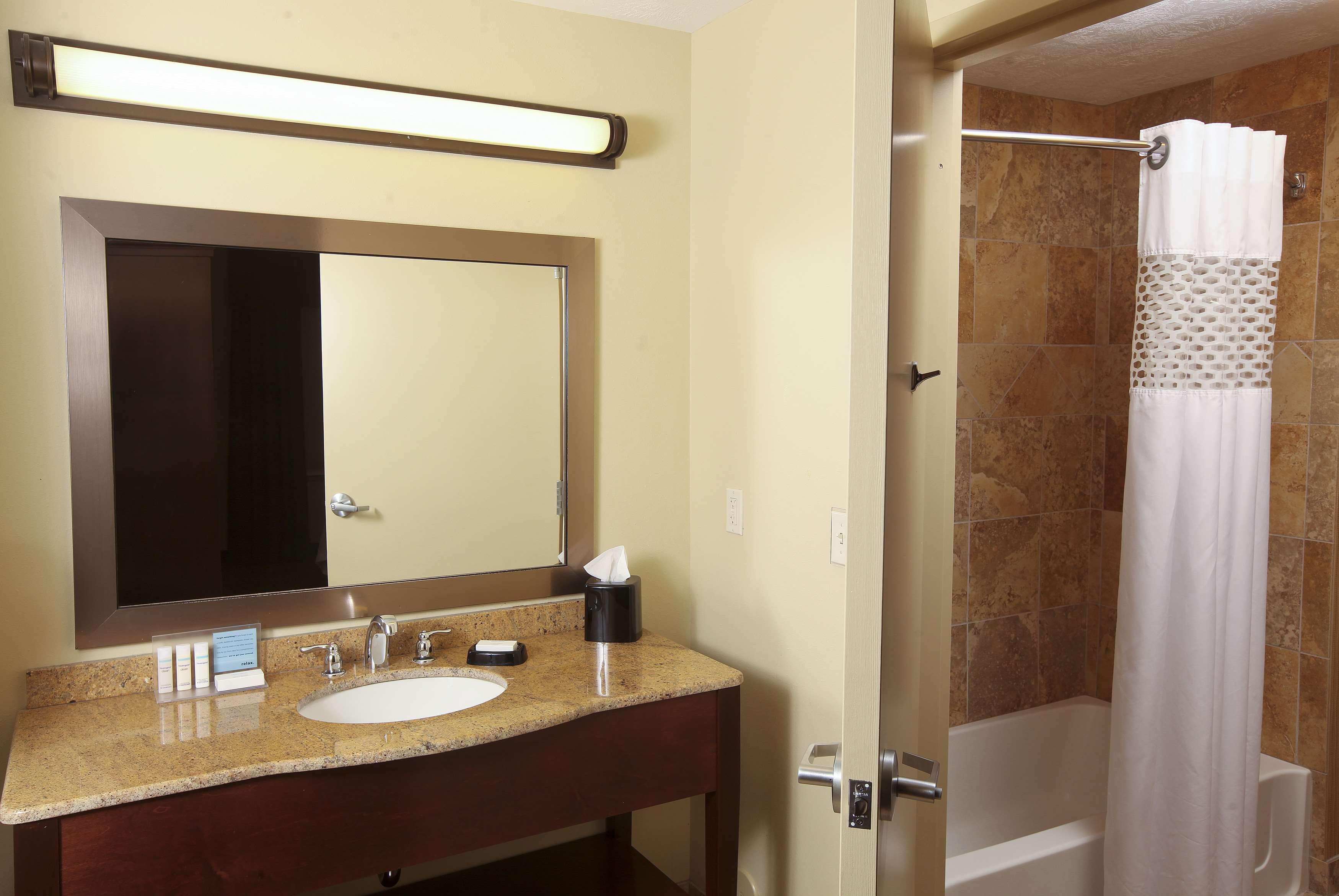 Hampton Inn & Suites Fargo image 14