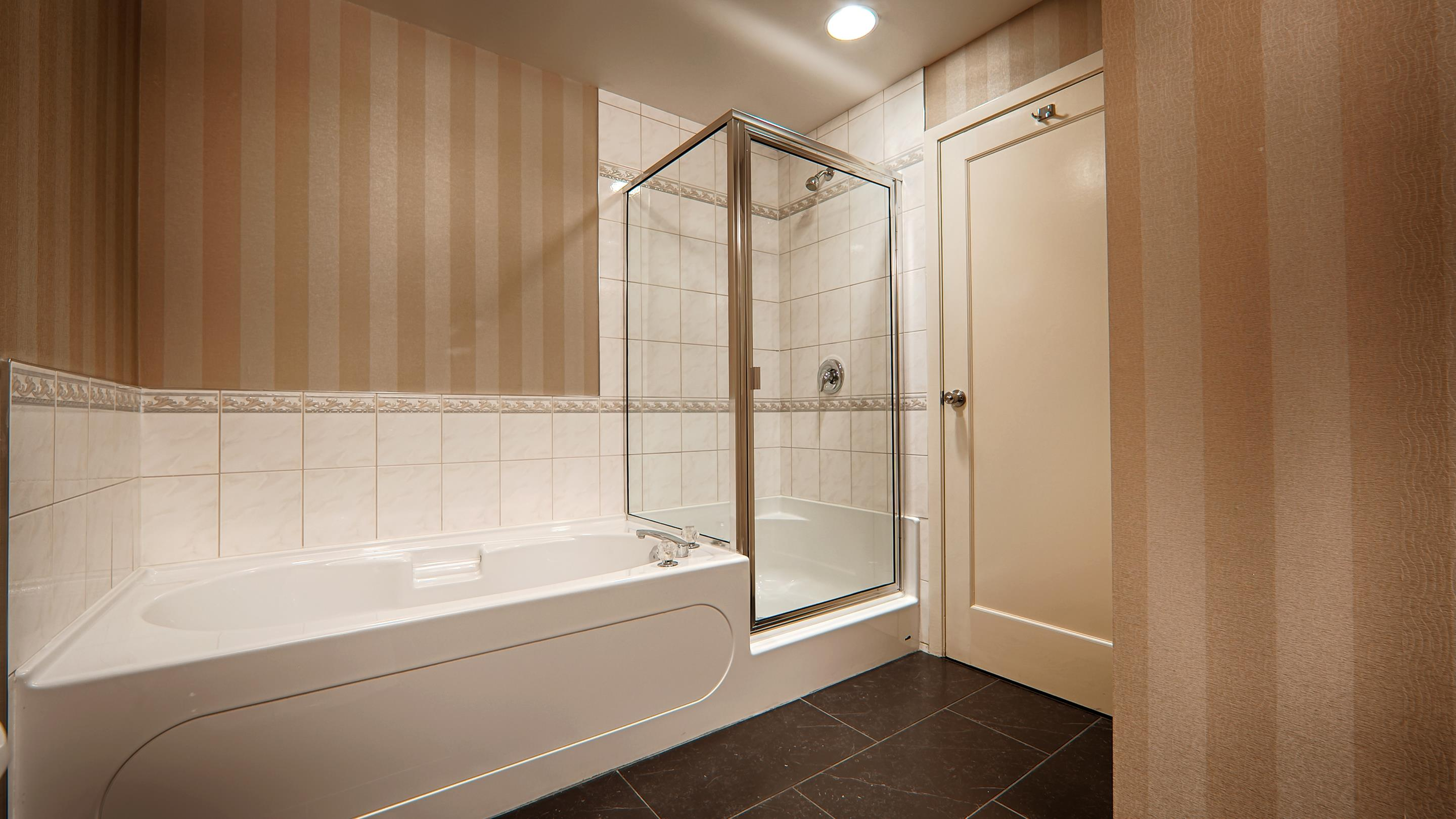 Best Western Plus Kelowna Hotel & Suites in Kelowna: Executive Room bathroom
