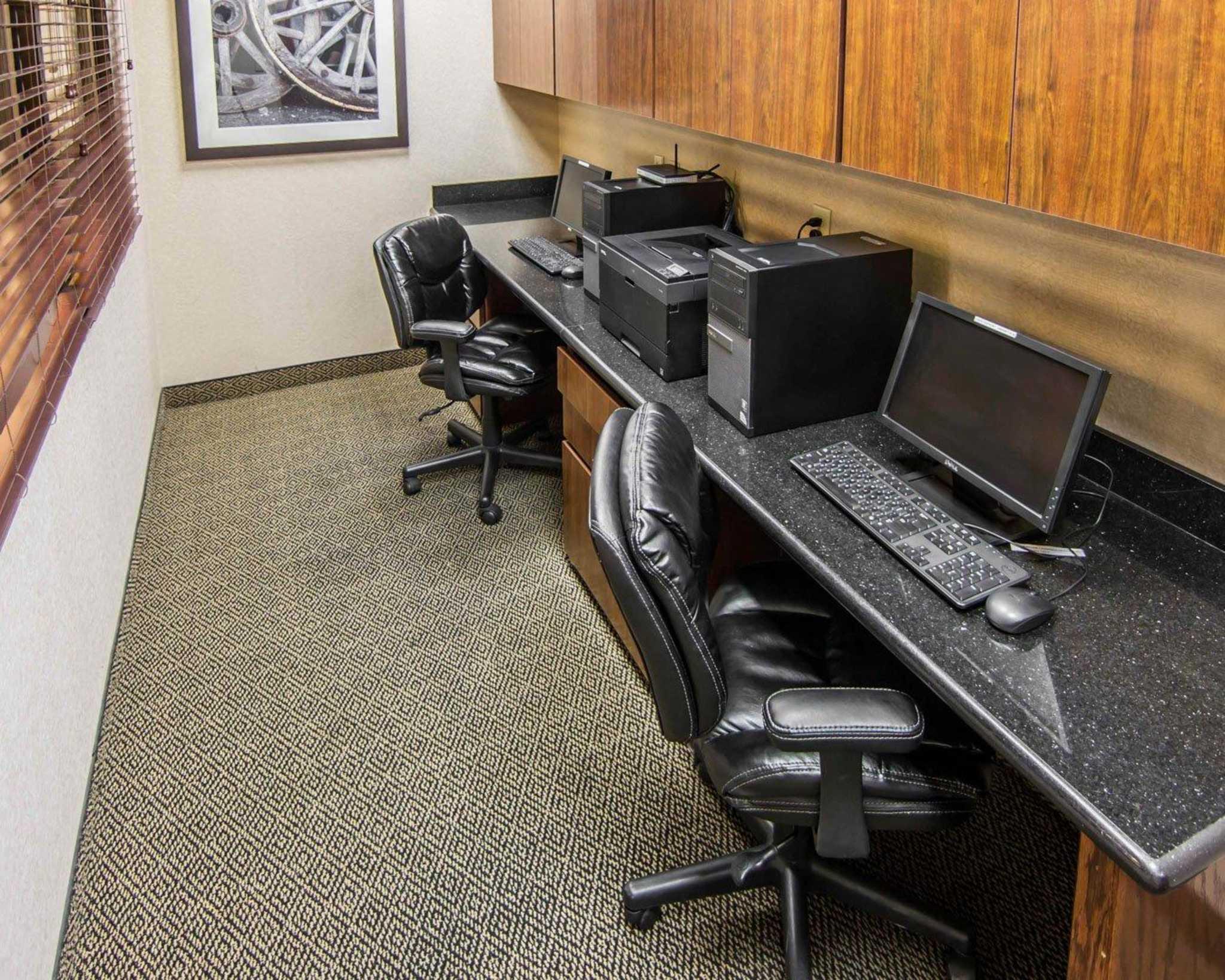 Comfort Suites Marshall image 39