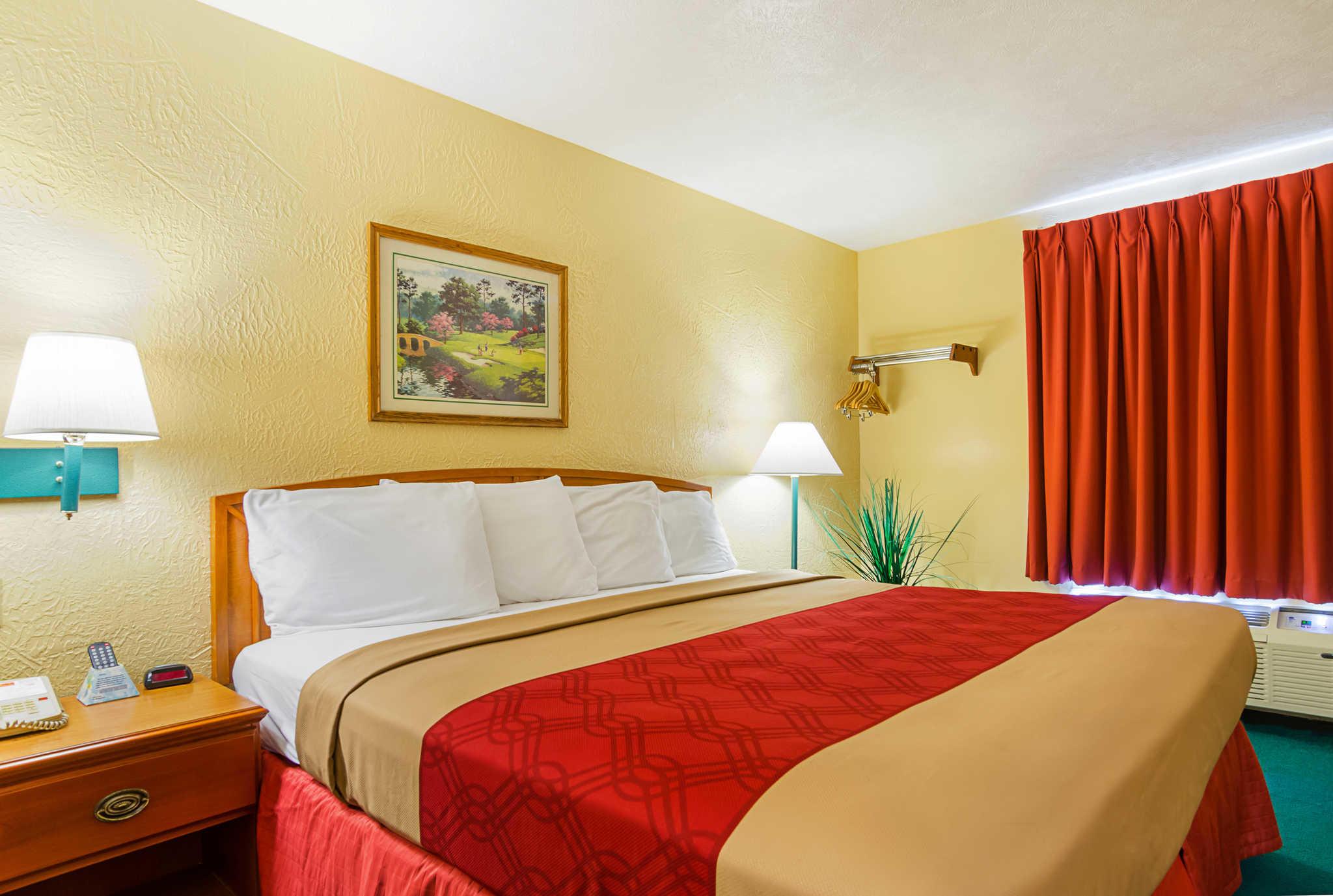 Econo Lodge Lansing - Leavenworth image 0