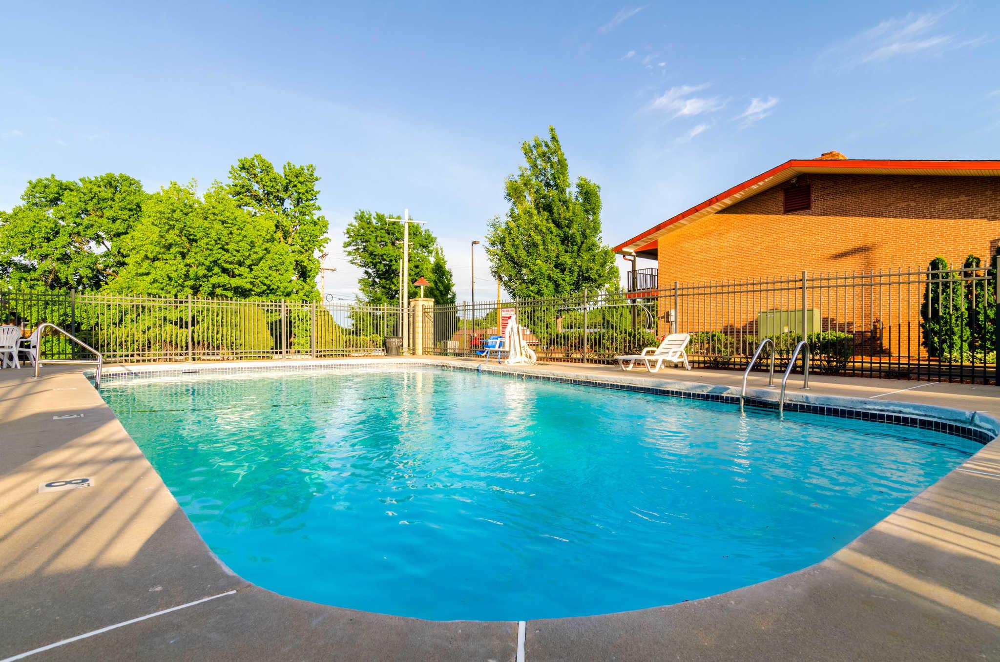 Econo Lodge  Inn & Suites I-35 at Shawnee Mission image 0