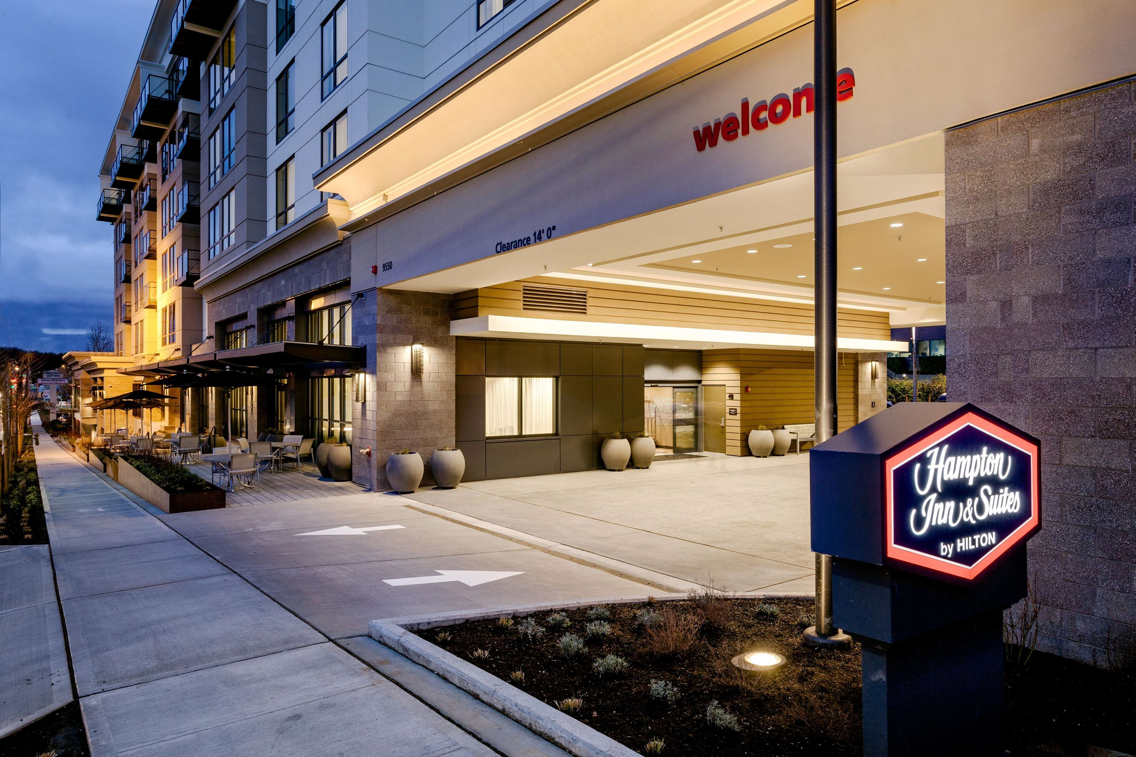 Hampton Inn & Suites by Hilton Seattle/Northgate image 2