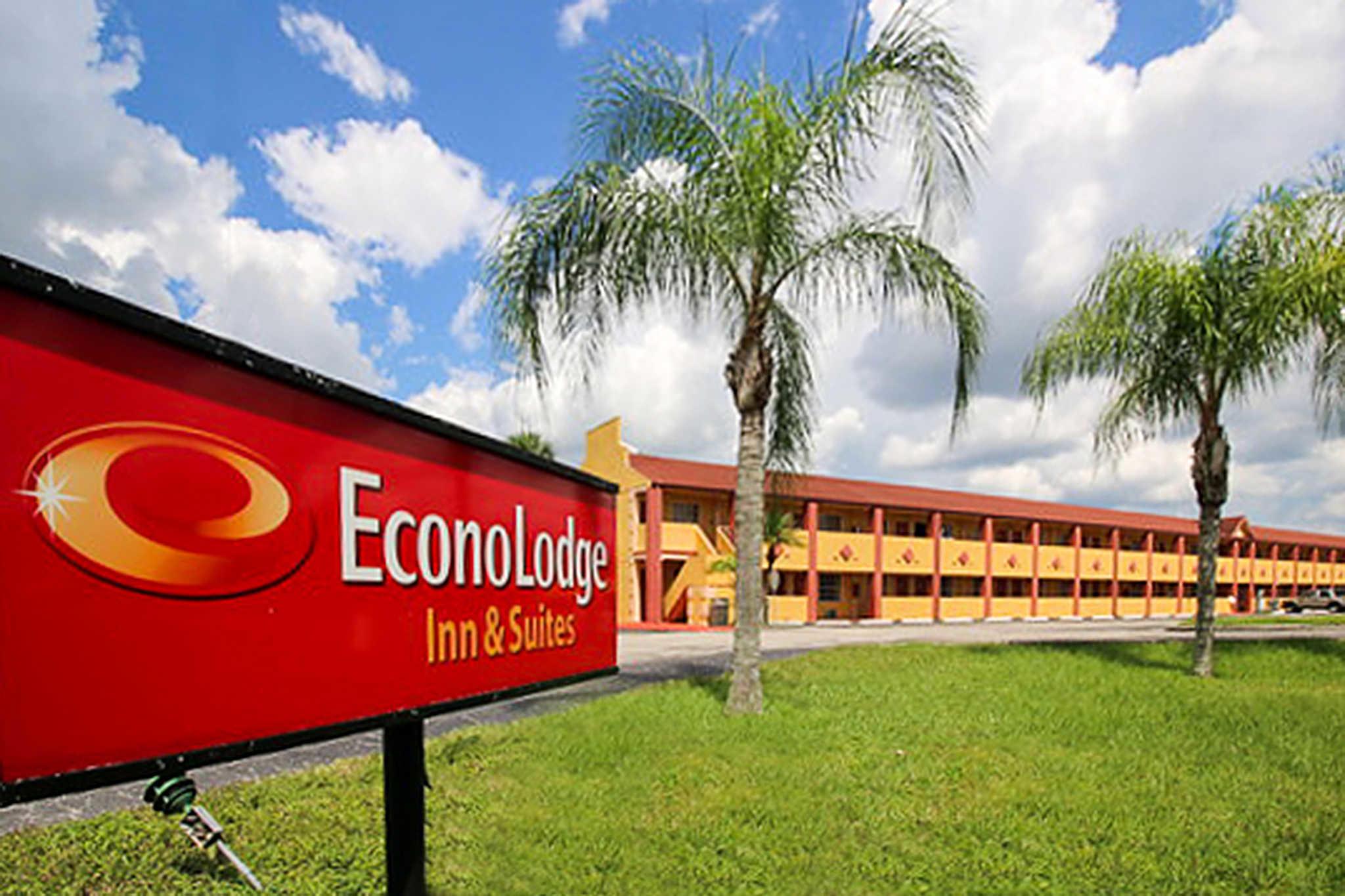 Econo Lodge  Inn & Suites Maingate Central image 1