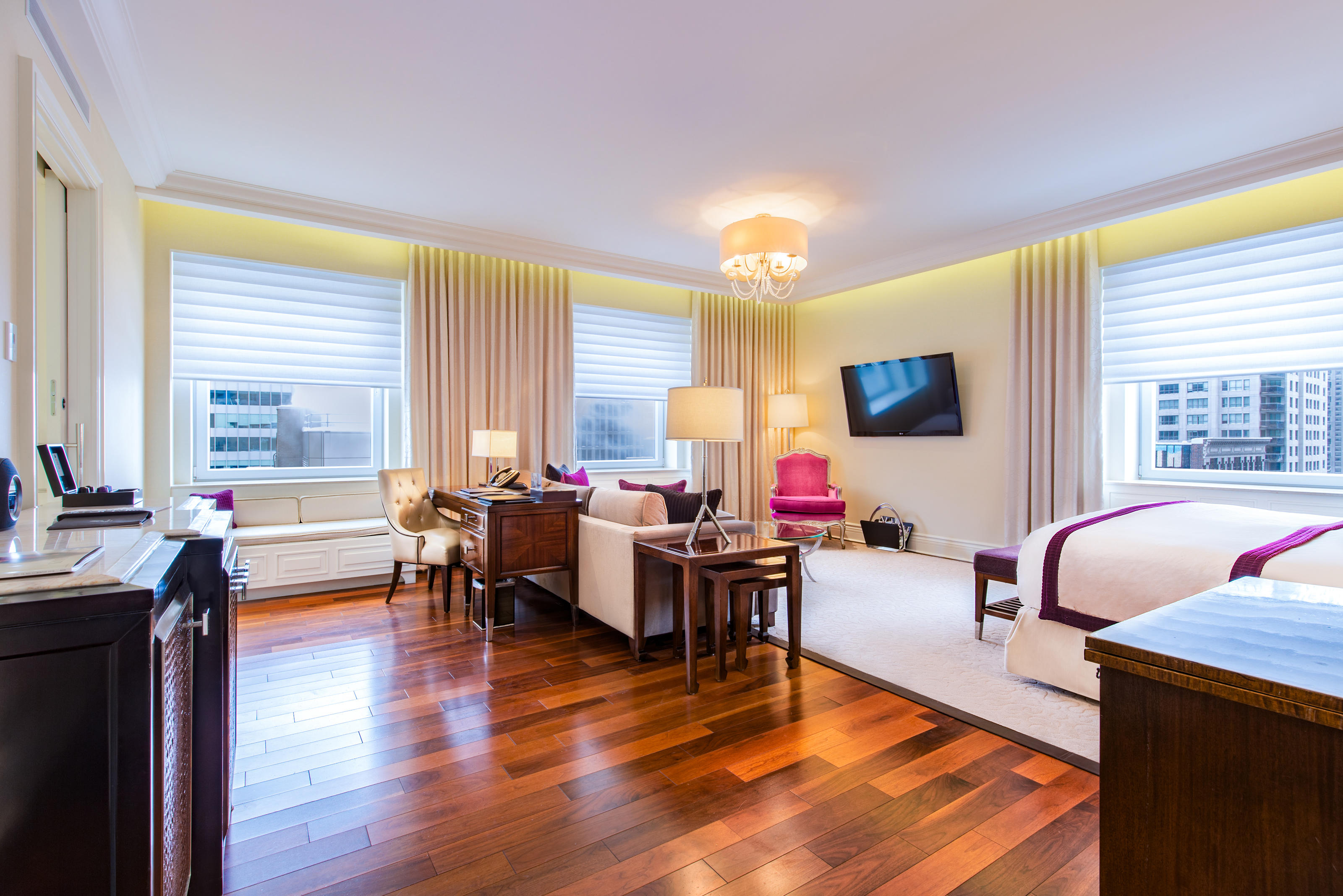 The Ritz-Carlton, Montreal à Montreal: Revel in the ample square footage of our Junior Suite King, featuring a comfortable sitting area and walk-in closet. Stay revitalized and focused with features such as an in-room Nespresso machine and a sleek executive workspace. A TOTO toilet with a heated seat, an oversized soaking tub and an expanded collection of Asprey bath products are provided in the marble bathroom.