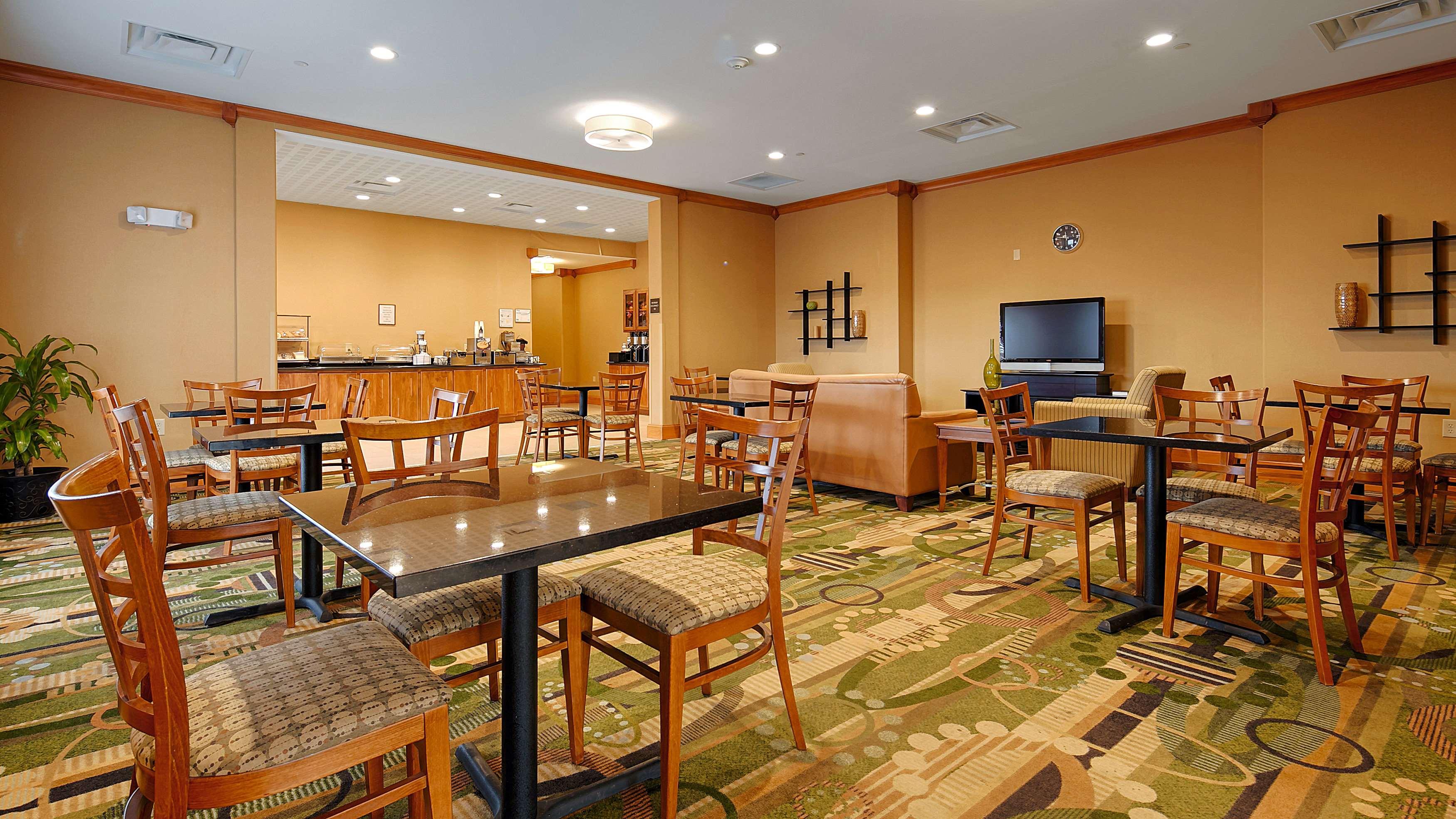 Best Western Plus Rose City Conference Center Inn image 2