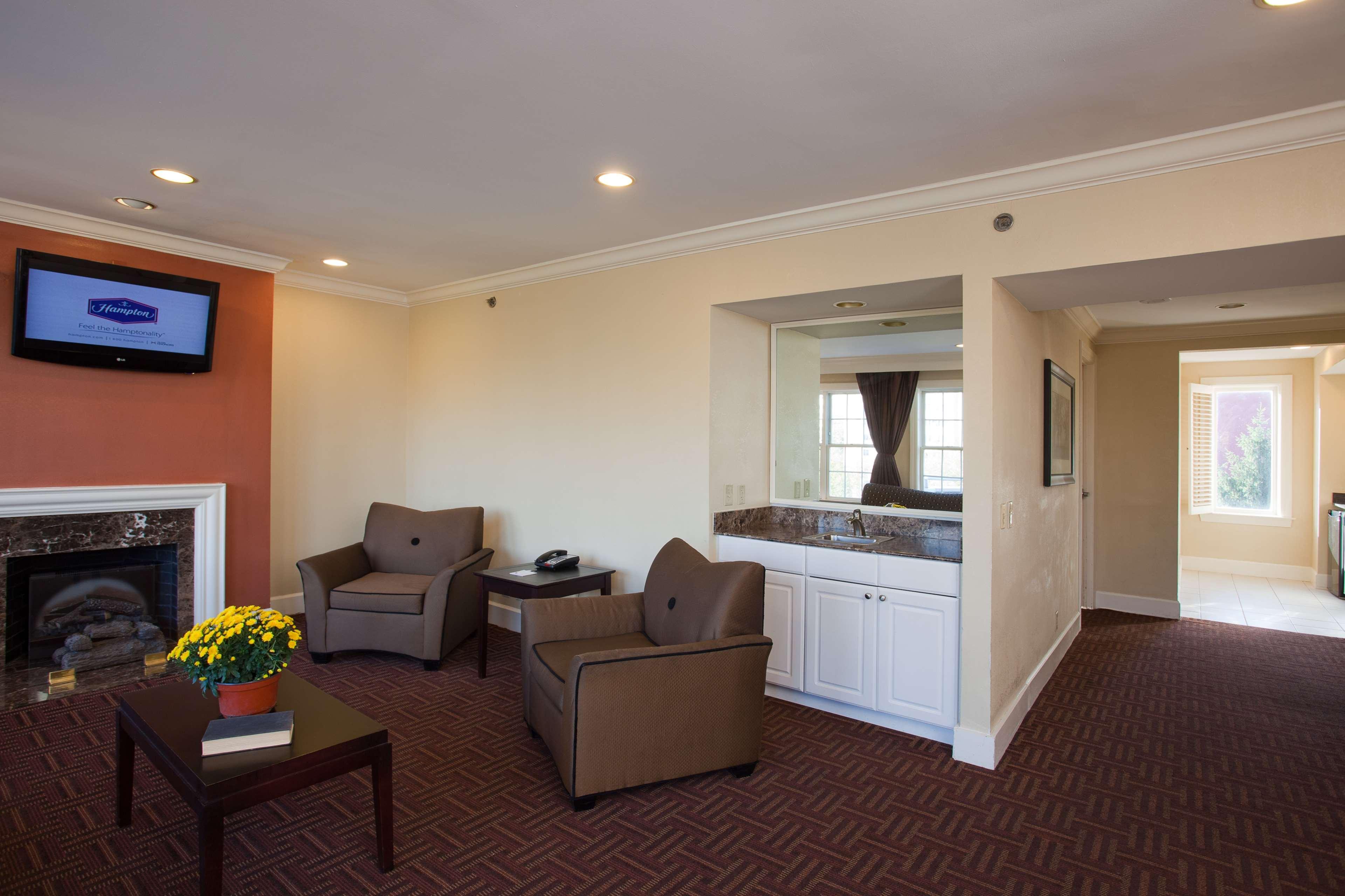 Hampton Inn & Suites Stamford image 30