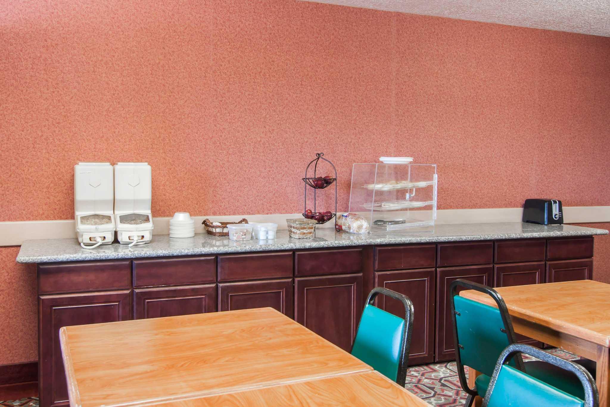 Rodeway Inn & Suites image 25