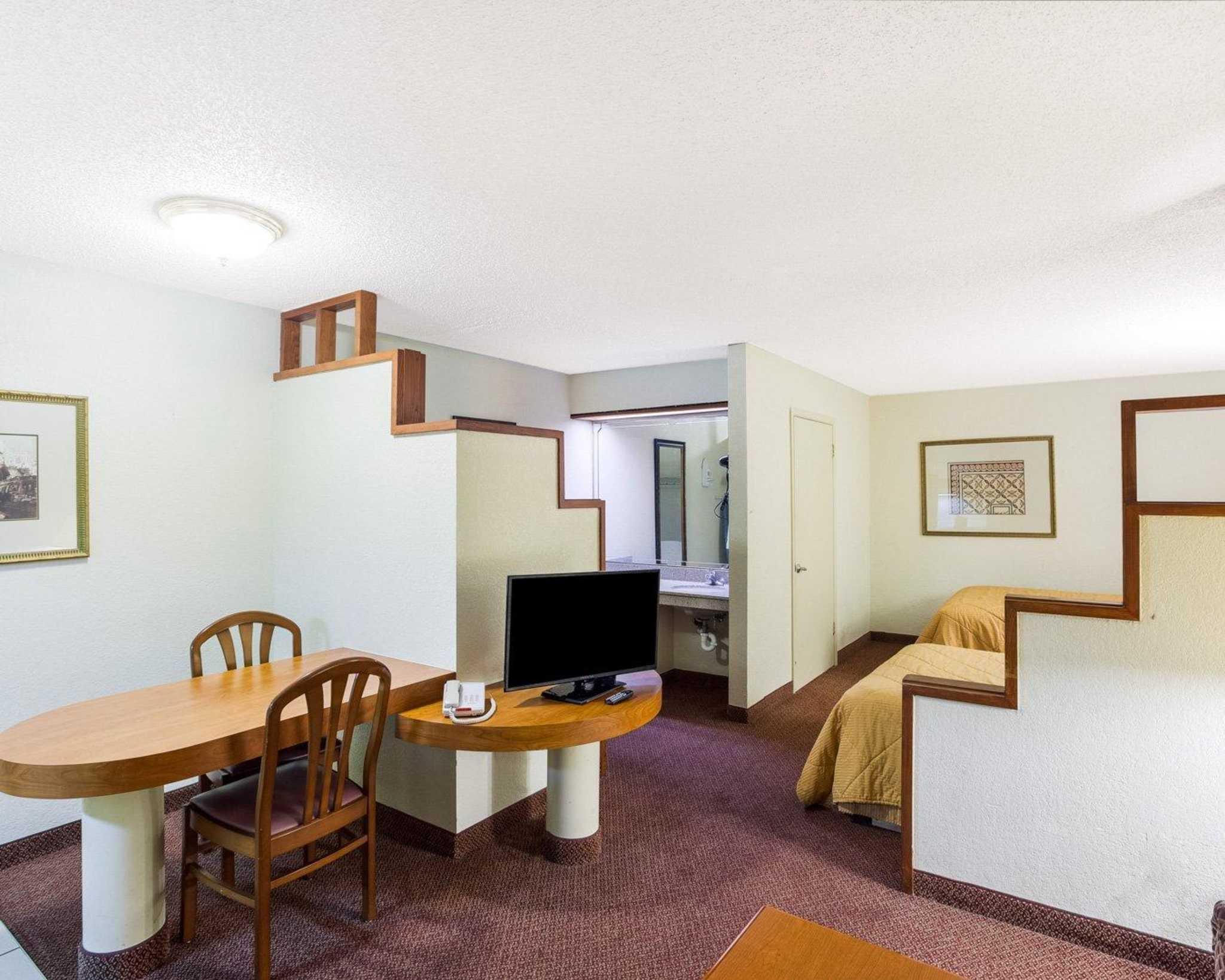 Rodeway Inn & Suites Fiesta Park image 9