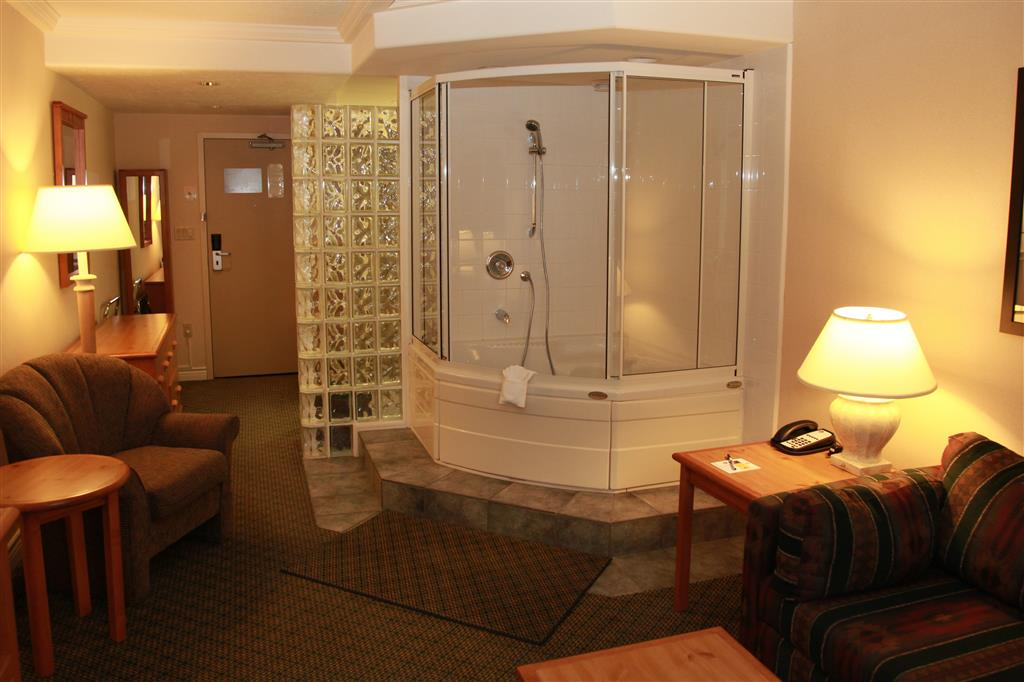 Best Western Plus Barclay Hotel in Port Alberni: Honeymoon Suite with Jetted Tub
