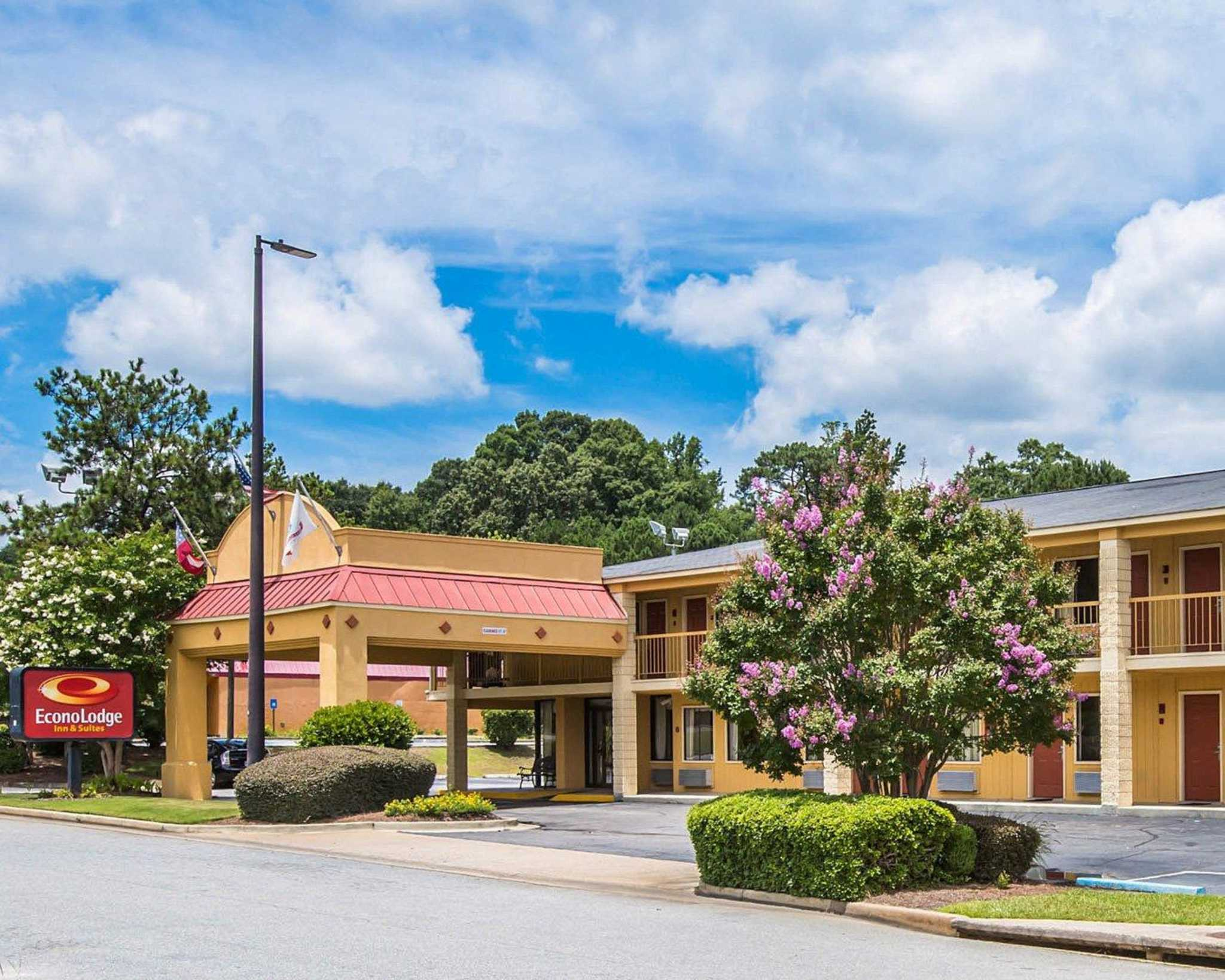 Econo Lodge Inn & Suites at Fort Benning image 3
