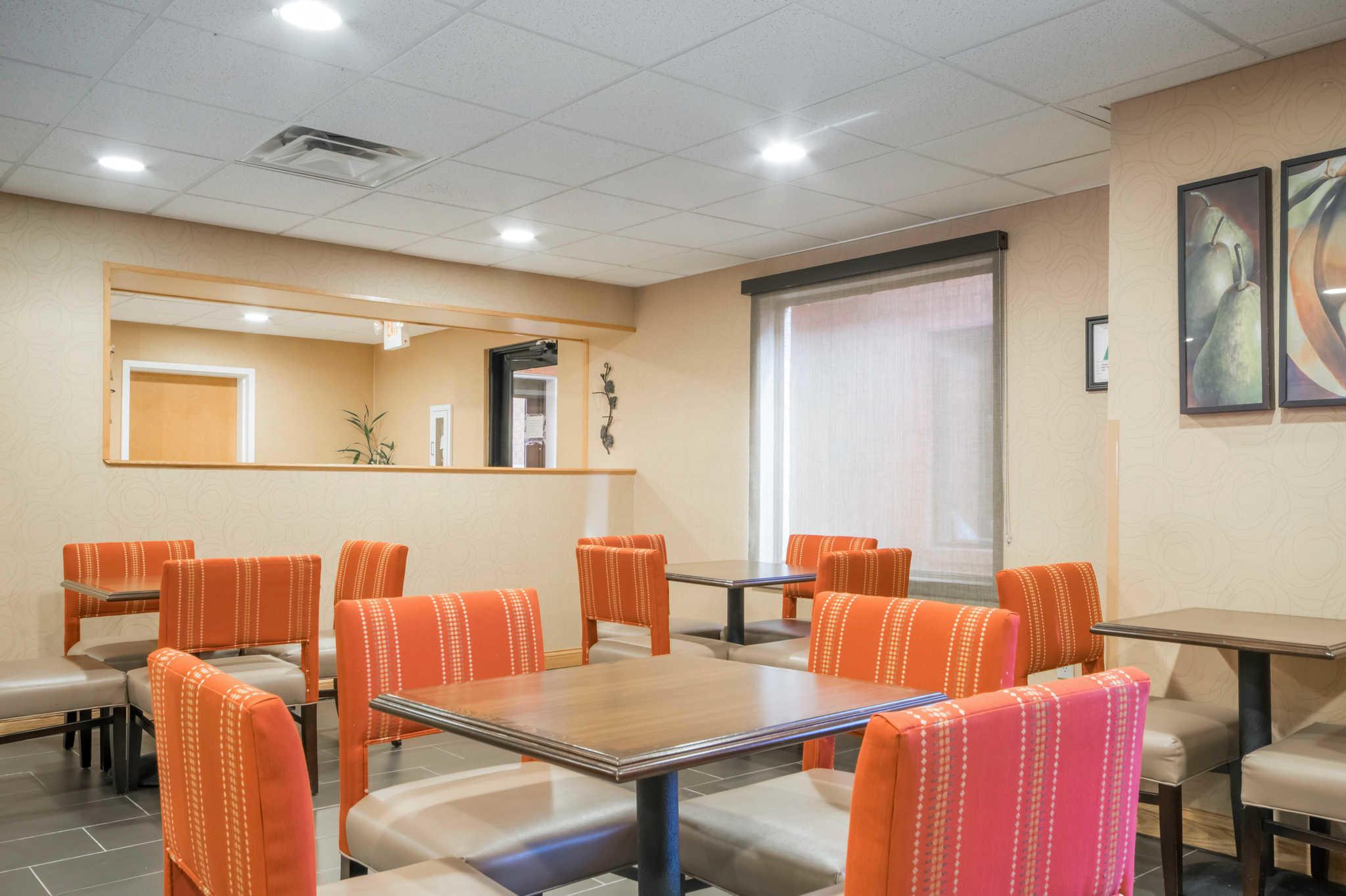Comfort Suites Airport image 24