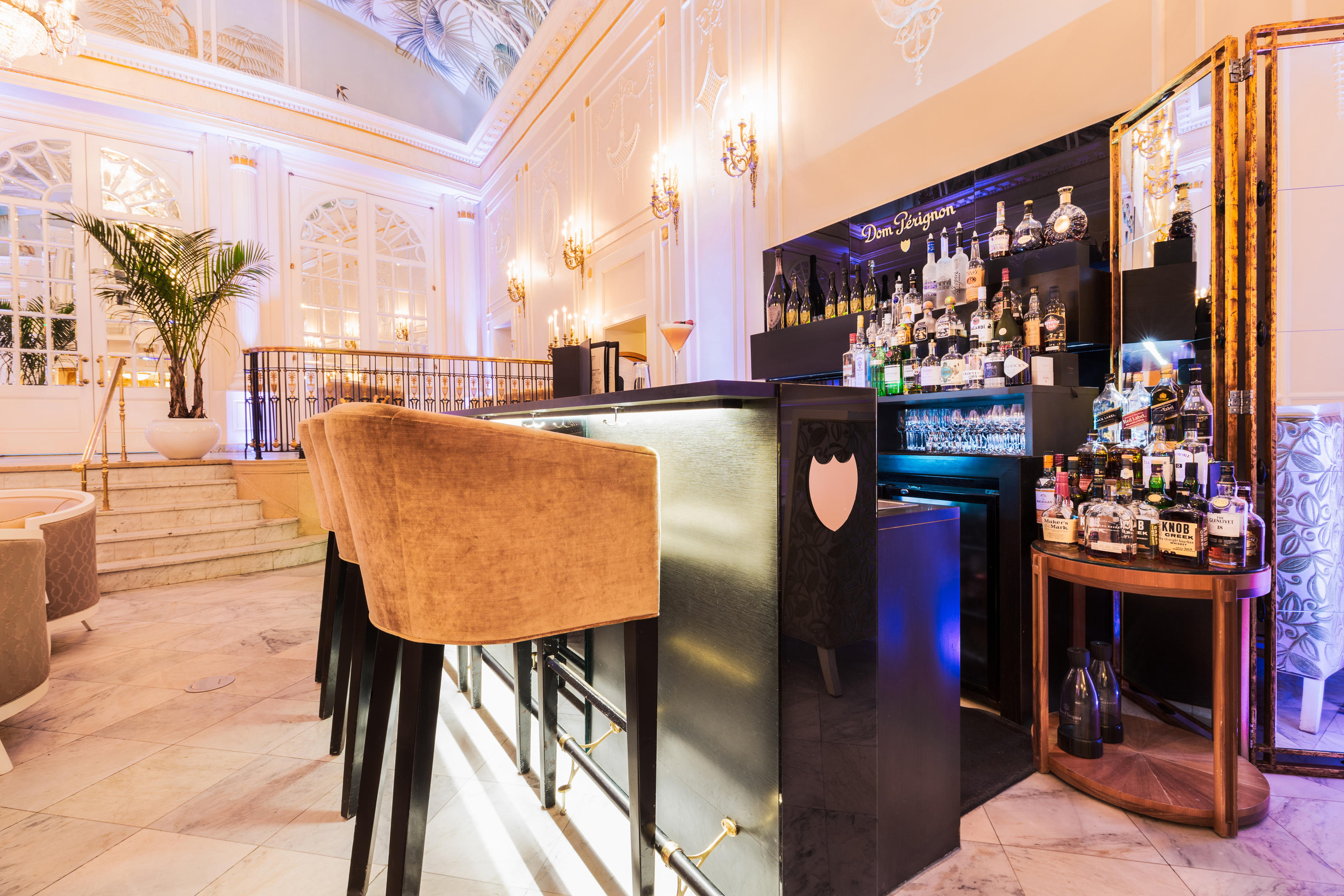 The Ritz-Carlton, Montreal à Montreal: Open every day, from 1 p.m. to 11 p.m.   Exclusive to the Ritz-Carlton Montreal—and the first of its kind in all of Canada—the Dom Pérignon Champagne Bar is located in the hotel's famed Palm Court, arguably the city's most glamourous lobby.