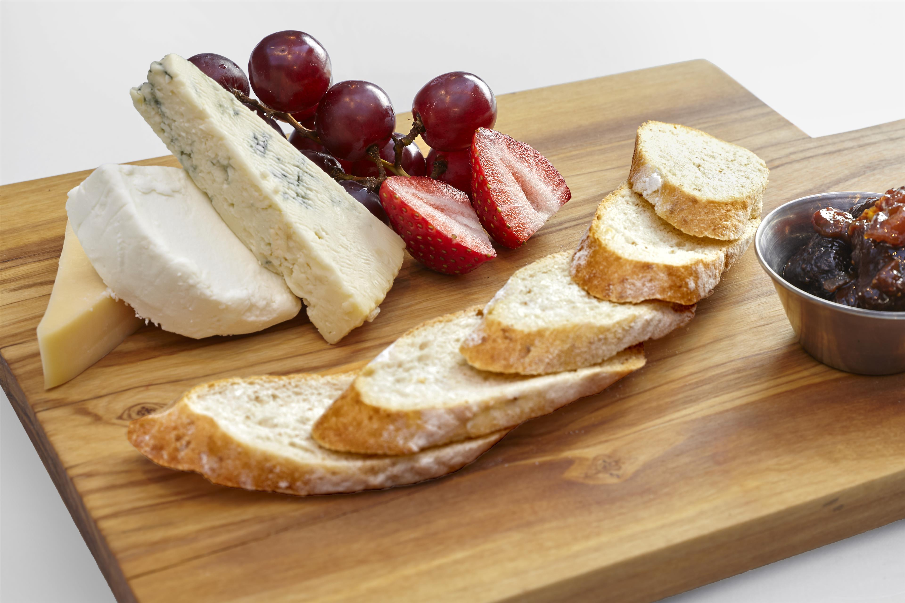 Sheraton Vancouver Guildford Hotel in Surrey: Lounge – Selection of Three Artisan Cheeses
