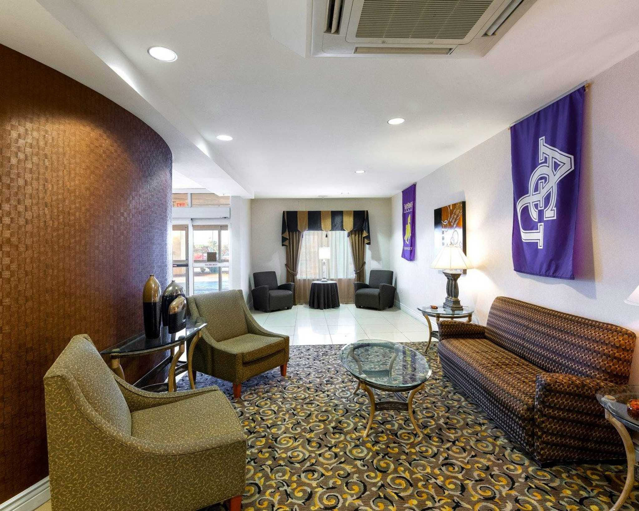 Comfort Suites University image 17