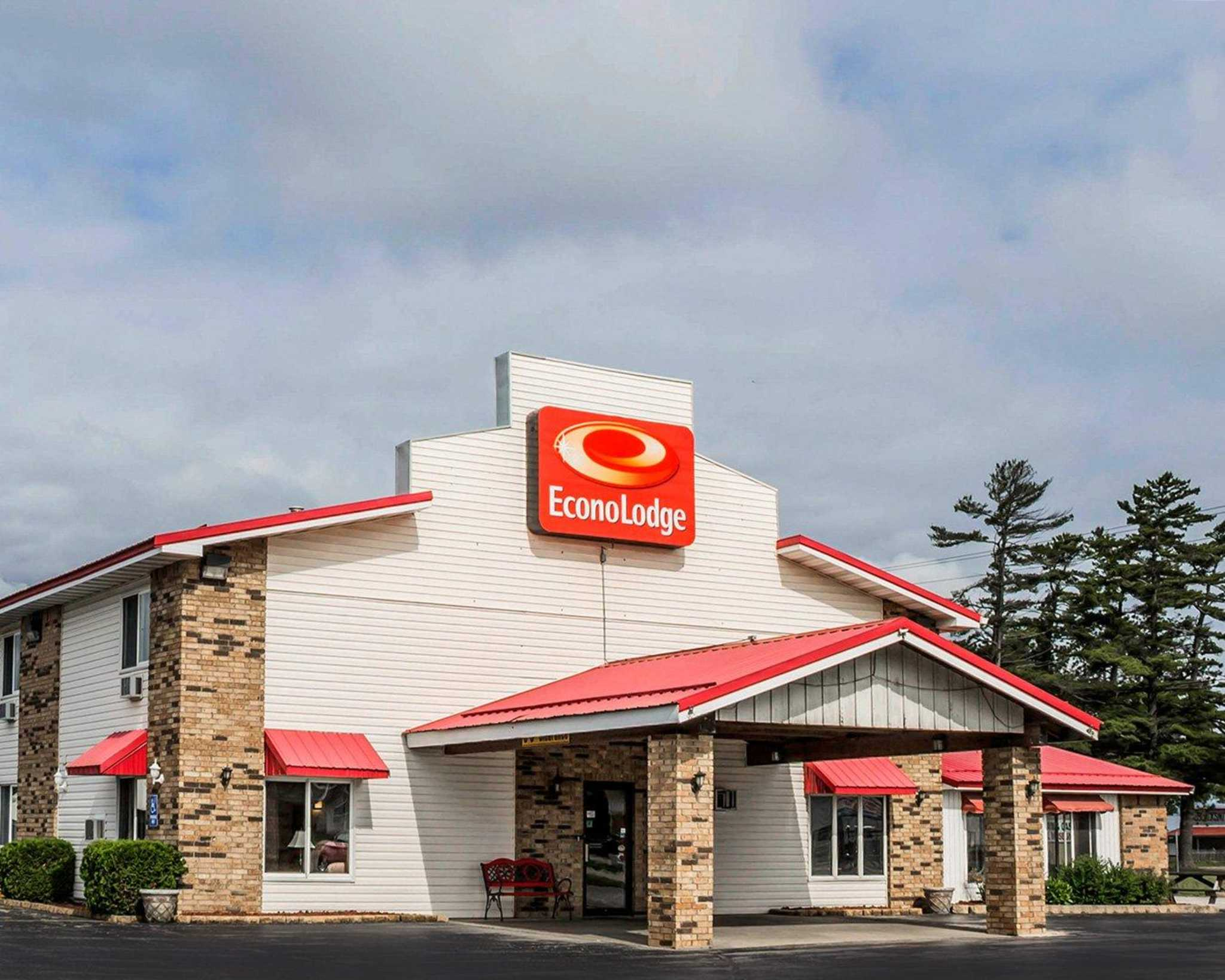 Econo Lodge At 921 N Lincoln Rd Escanaba Mi On Fave