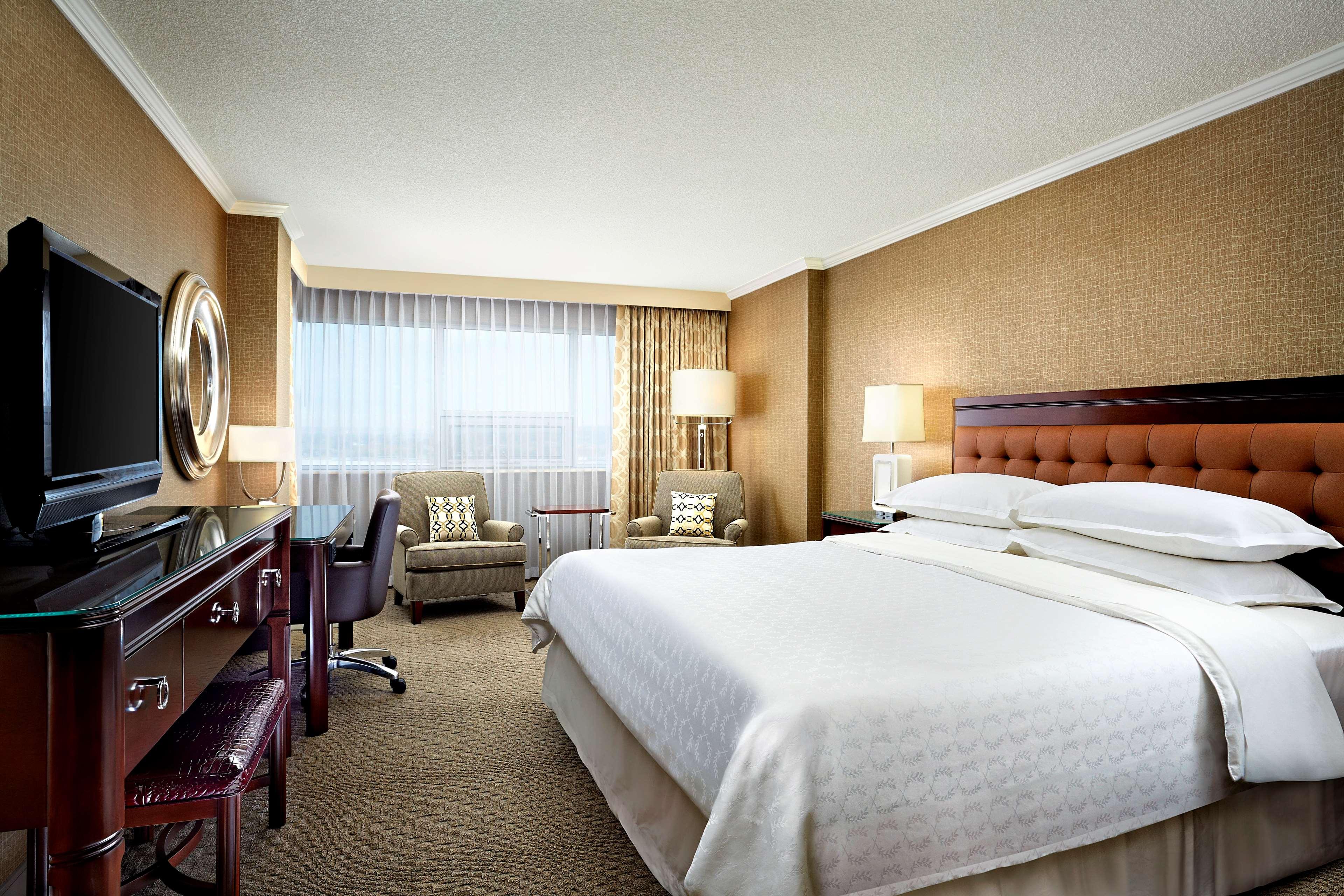 Sheraton Cavalier Calgary Hotel in Calgary: Club Floor Guestroom