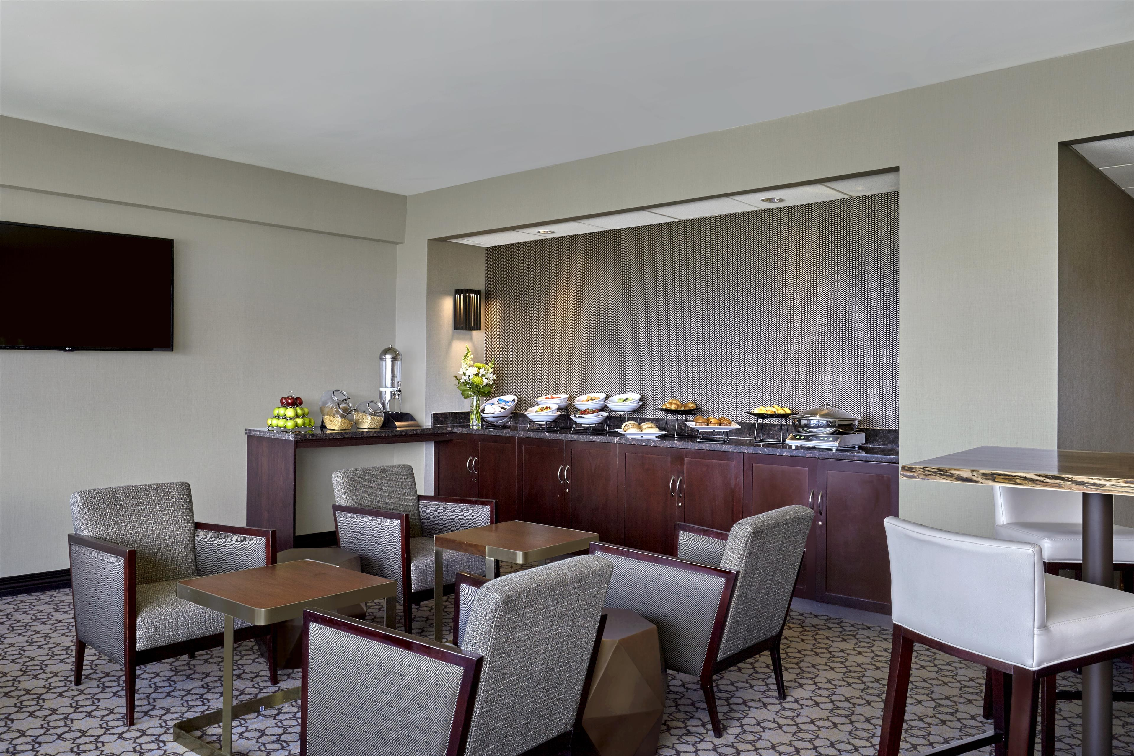 Sheraton Vancouver Guildford Hotel in Surrey: Club lounge Buffet