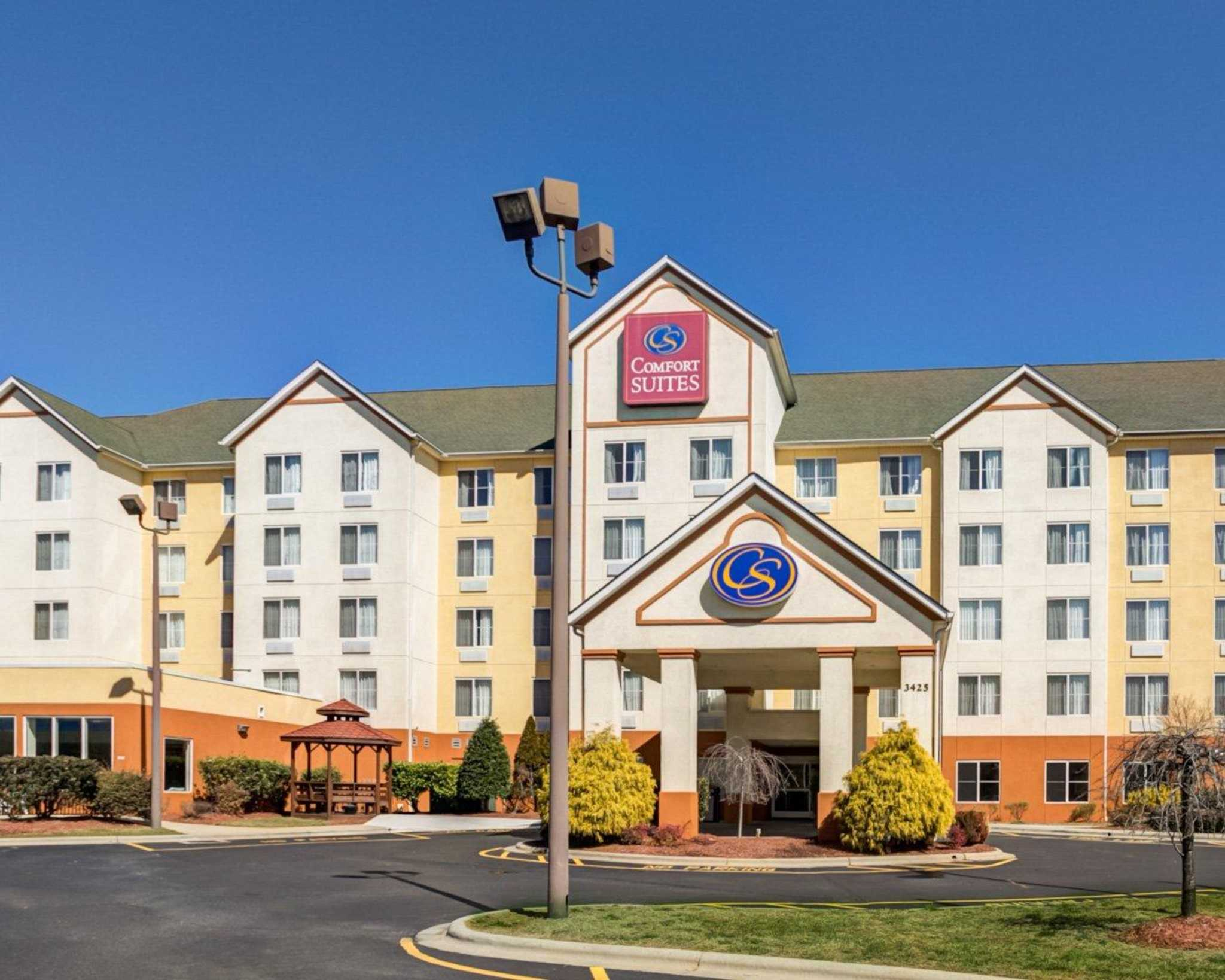 Comfort suites airport in charlotte nc 704 971 4 for Motels close to charlotte motor speedway