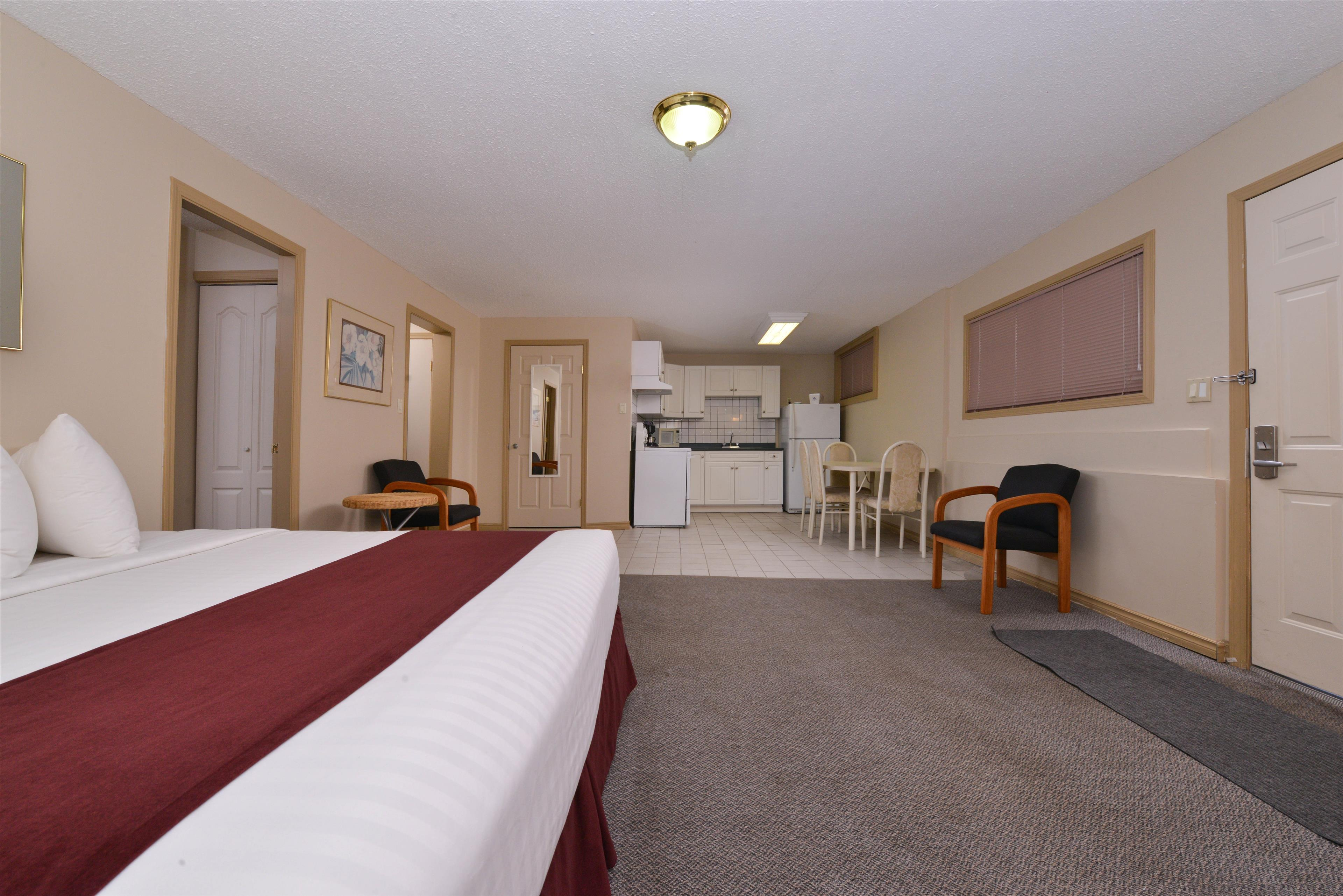 Canadas Best Value Inn & Suites in Vernon: Two King Beds Deluxe Suite
