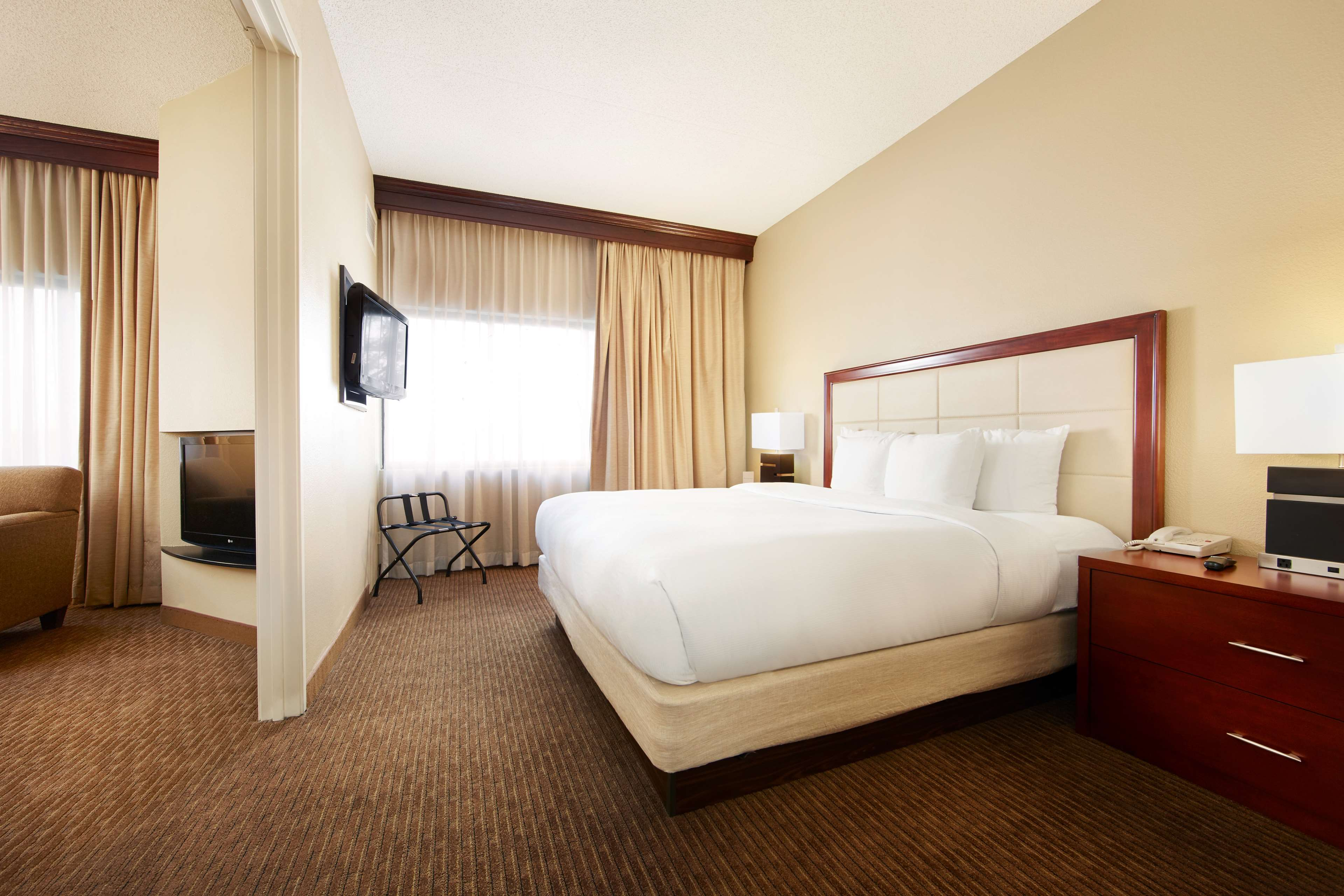 DoubleTree Suites by Hilton Hotel Cincinnati - Blue Ash image 25