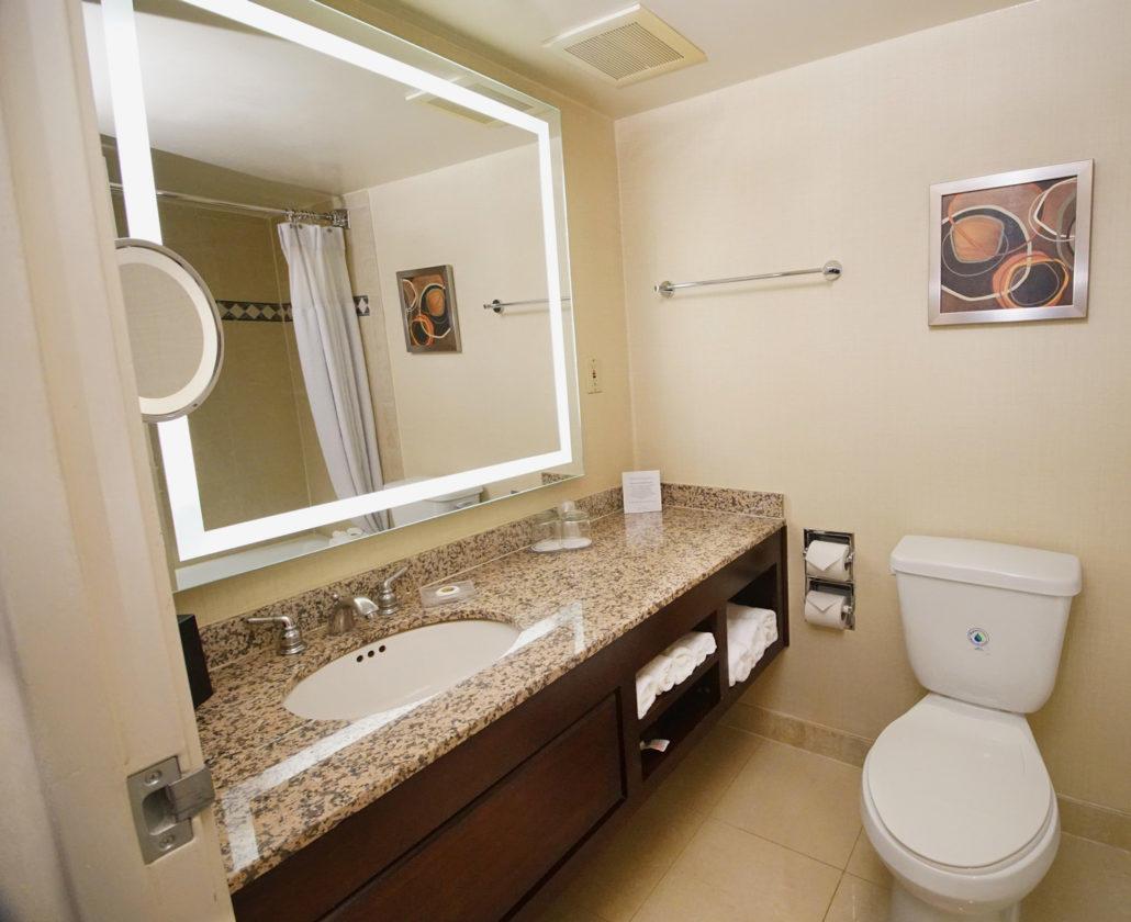 The Hotel Fullerton - Guest Bathroom