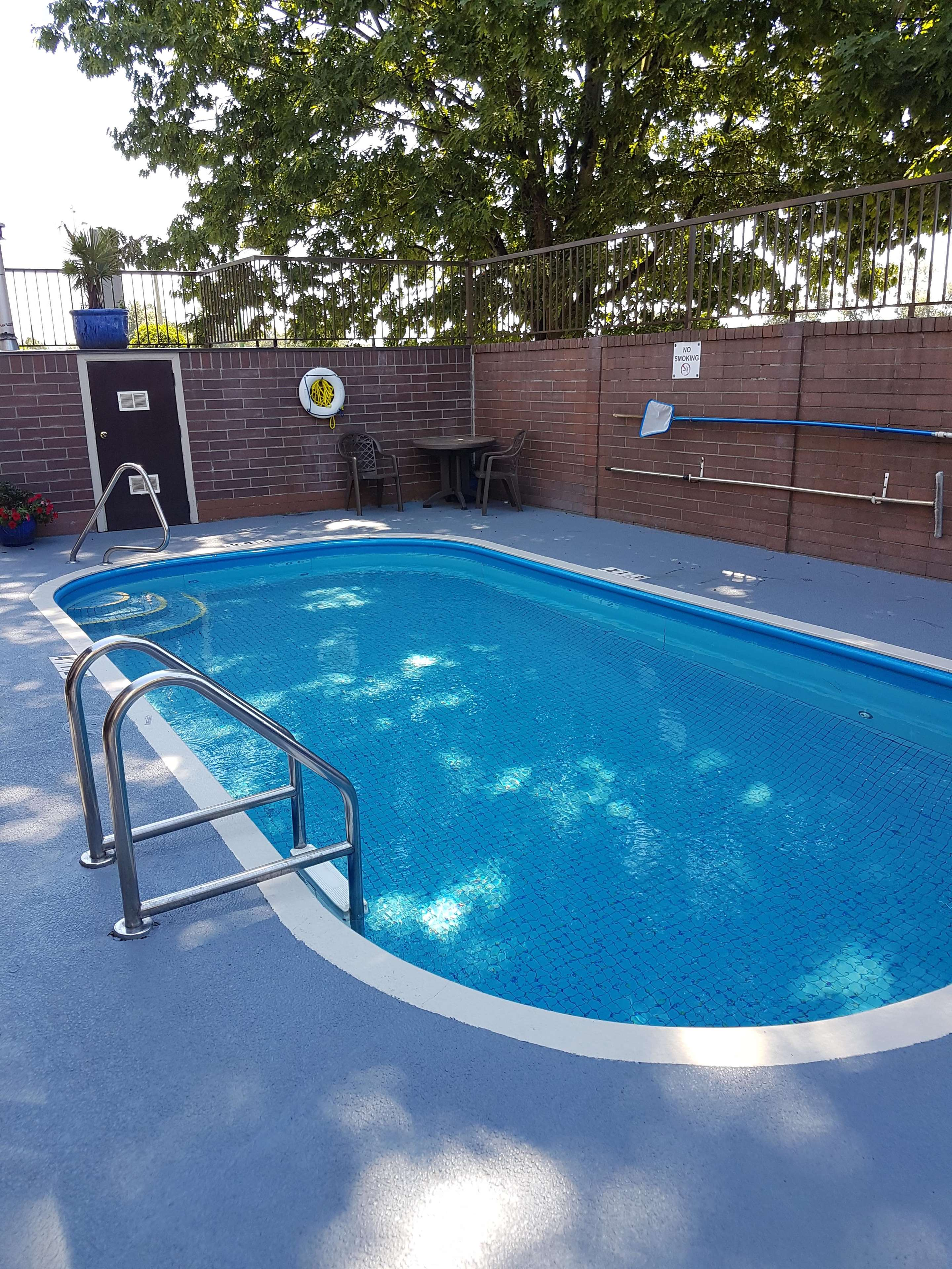 SureStay Plus Hotel by Best Western Coquitlam in Coquitlam: Outdoor Pool