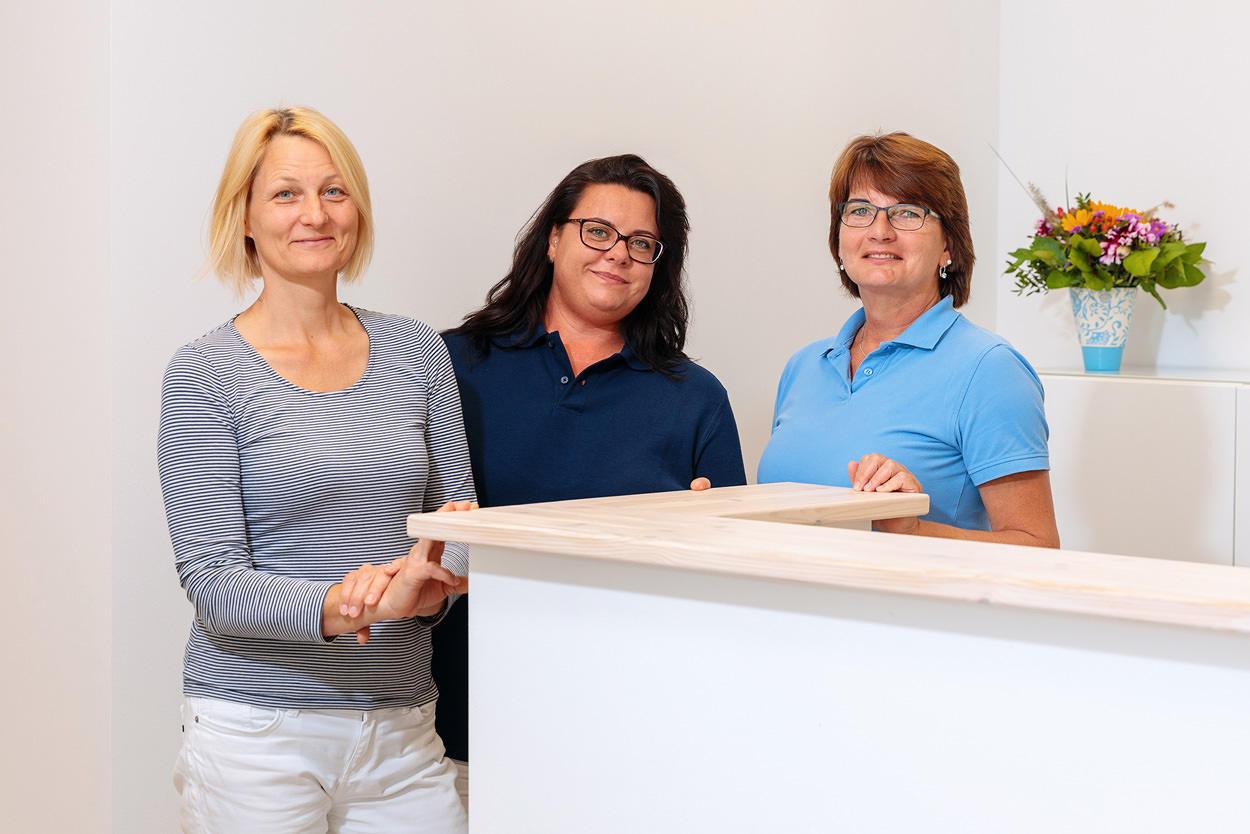 Praxisteam der Hausarztpraxis Caren Roller (von Links nach Rechts: Caren Roller, Monique Deter, Schwester Gabi)