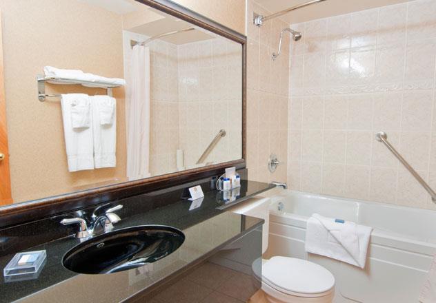 Best Western Chelsea Inn in Coquitlam: Guest Bathroom
