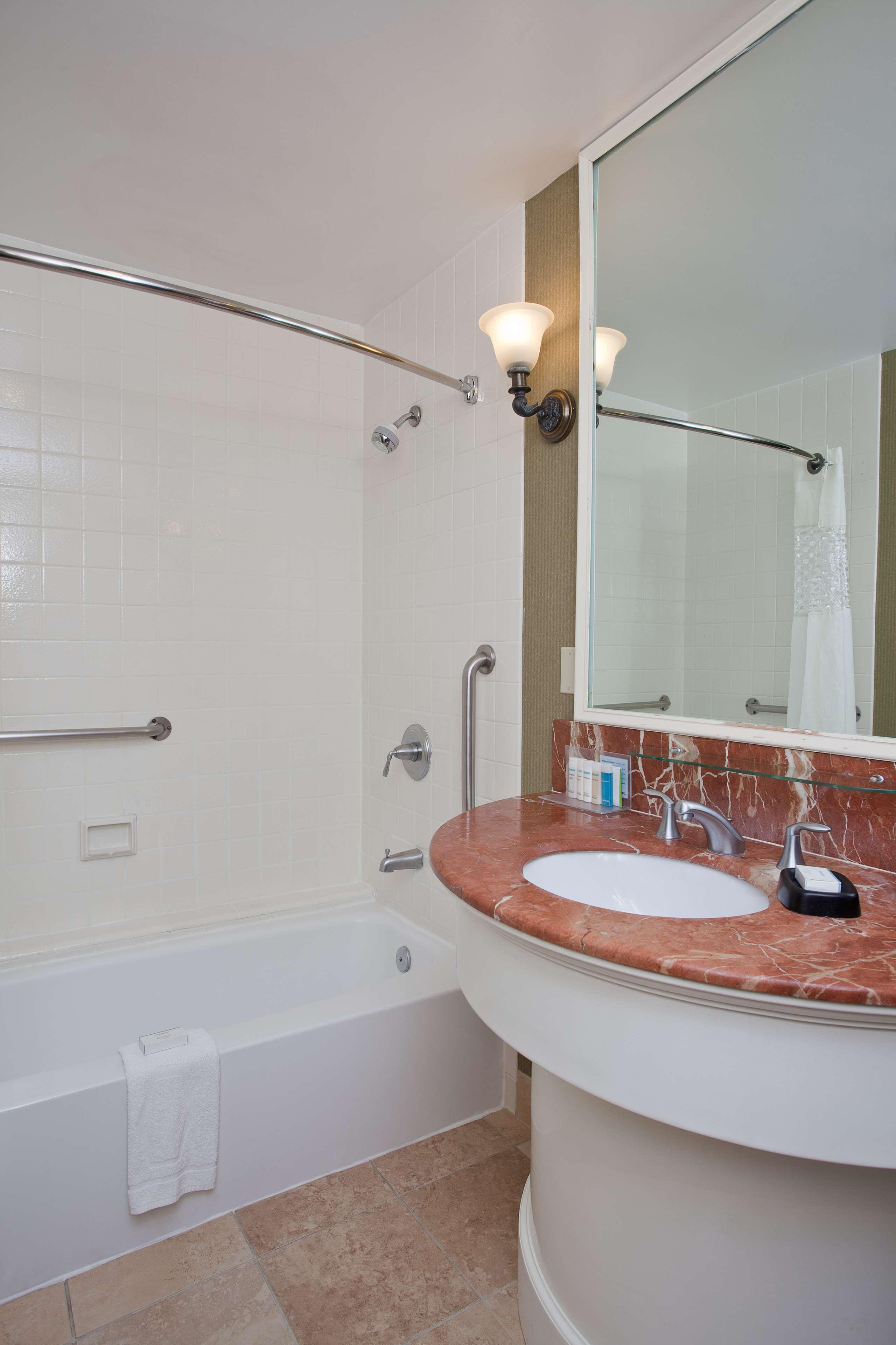 Hampton Inn & Suites Stamford image 21