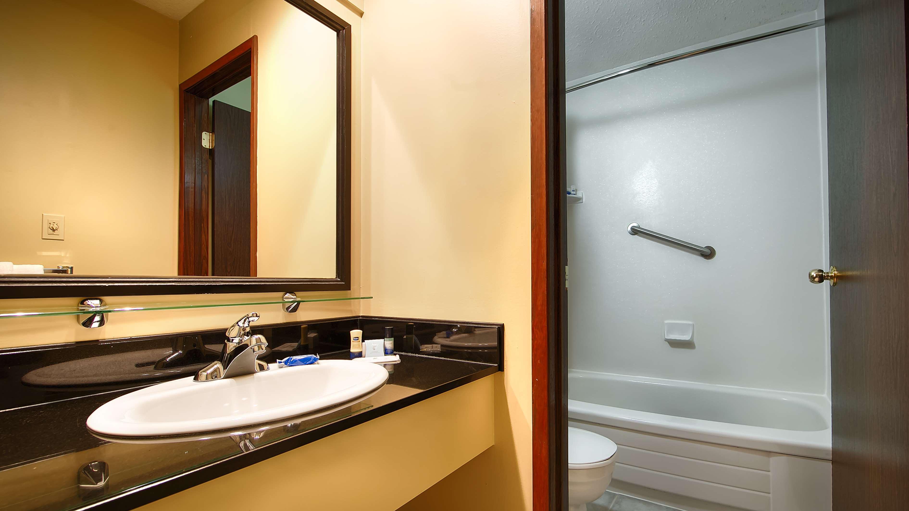 Best Western Bakerview Inn in Abbotsford: Guest Bathroom